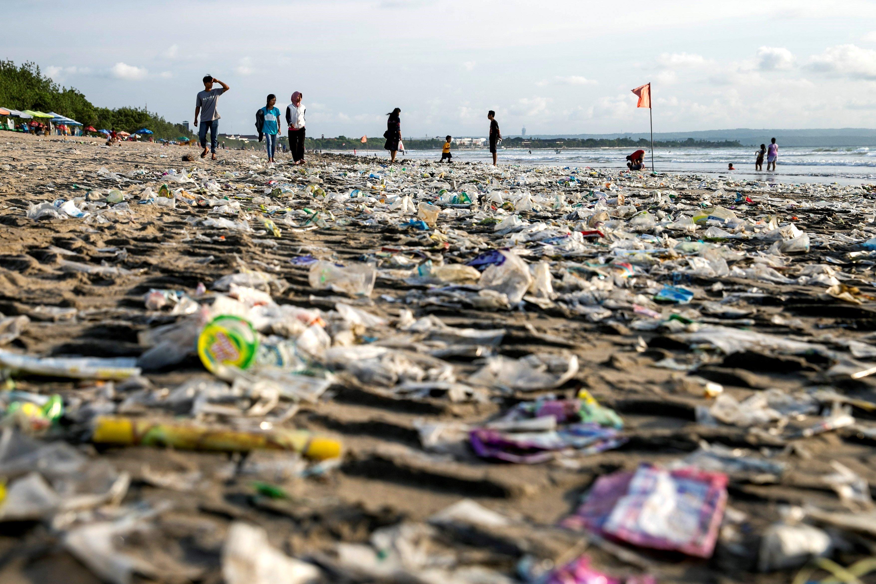 Restes de plàstic a la platja de Kuta, la destinació més coneguda de l'illa de Bali, a Indonèsia. /MADE NAGI