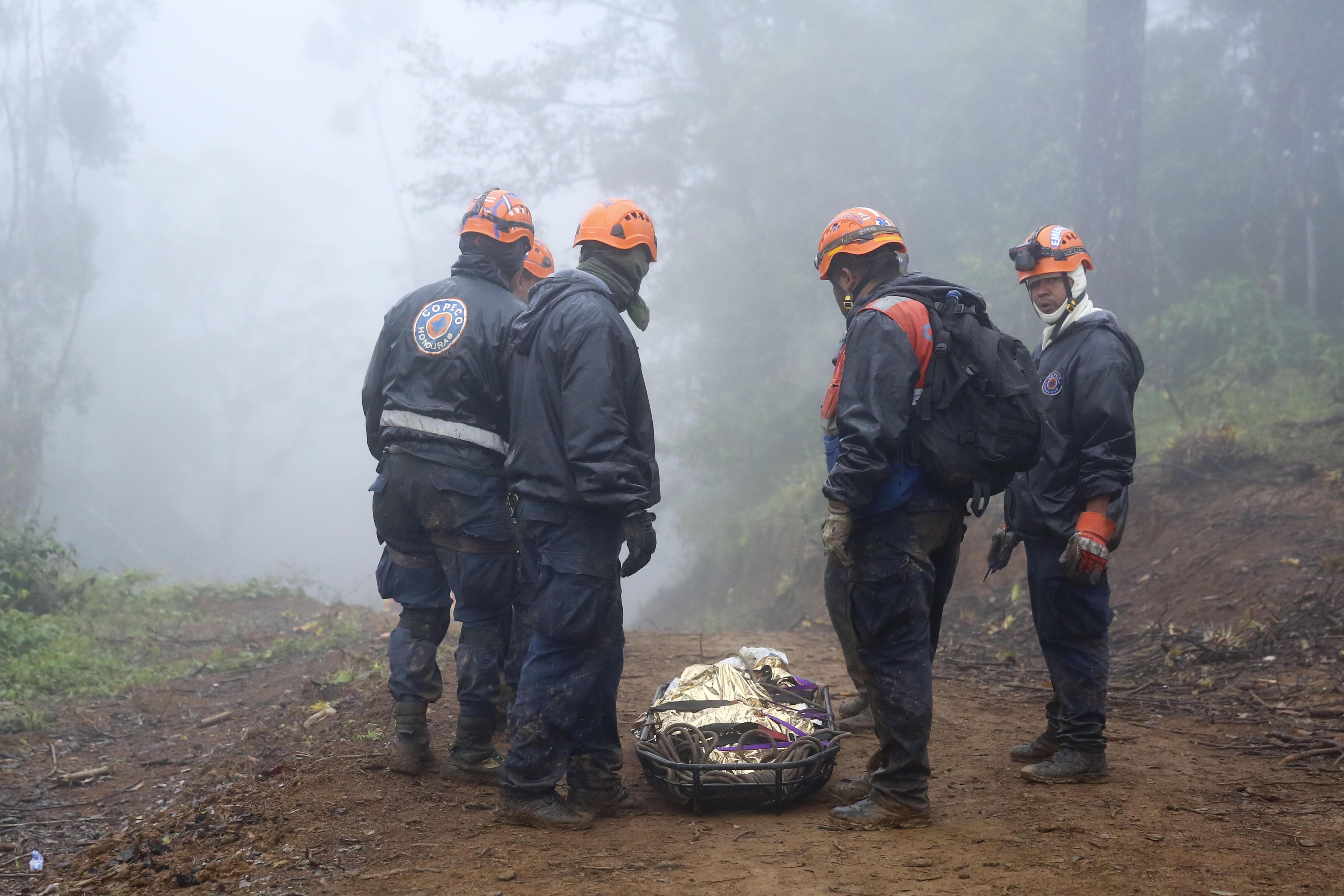 Efectius d'emergències treballen en les tasques de recuperació de cossos després d'un accident d'helicòpter a Hondures. /GUSTAVO AMADOR