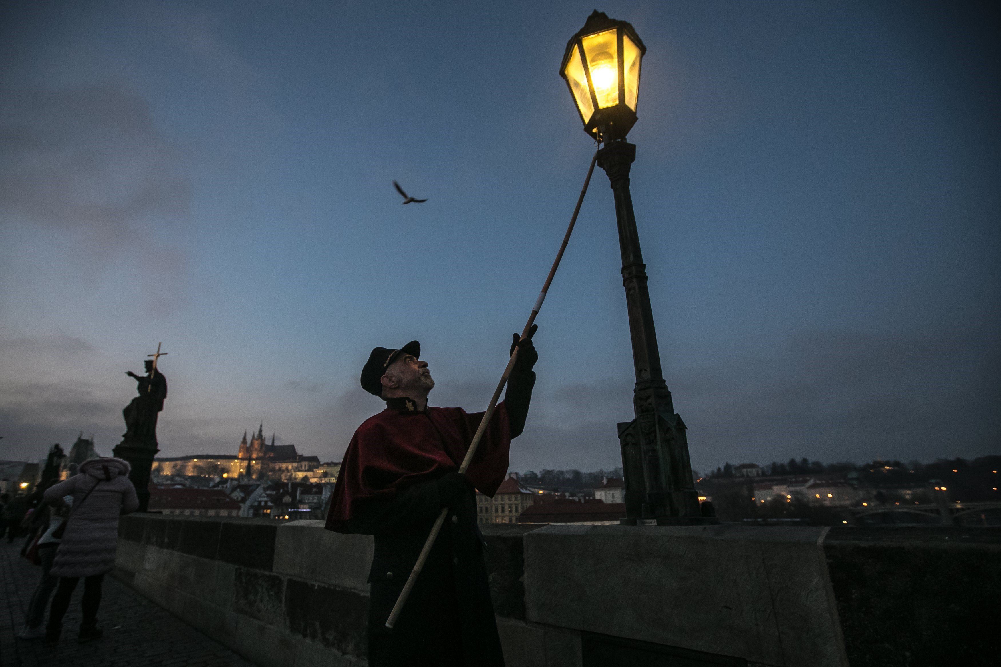 Farolers encenen fanals de gas a Praga. /MARTIN DIVISEK