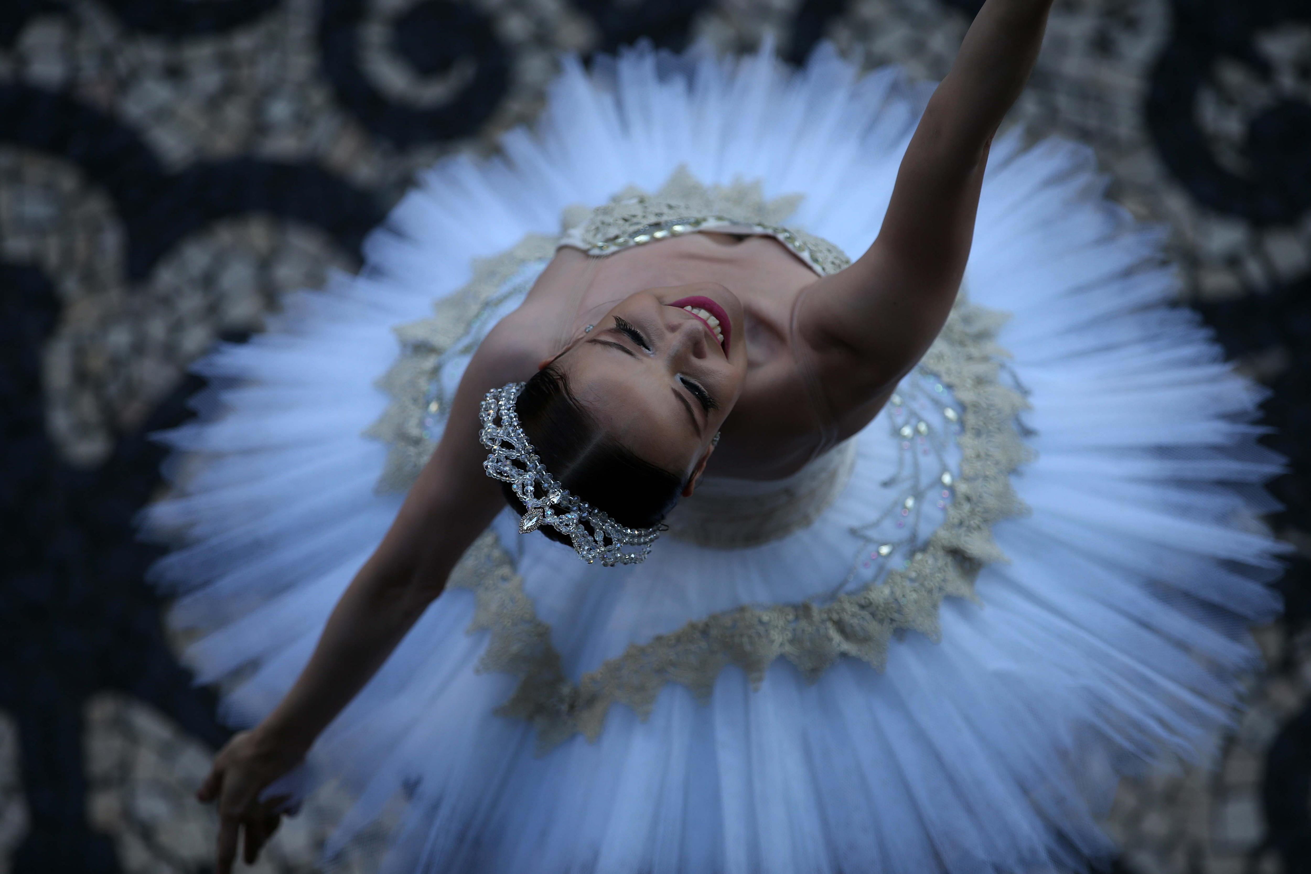 La ballarina Deborah Ribeiro, solista del Teatre Municipal de Rio de Janeiro, balla per reclamar el pagament dels salaris dels empleats del teatre (Brasil). /MARCELO SAYAO