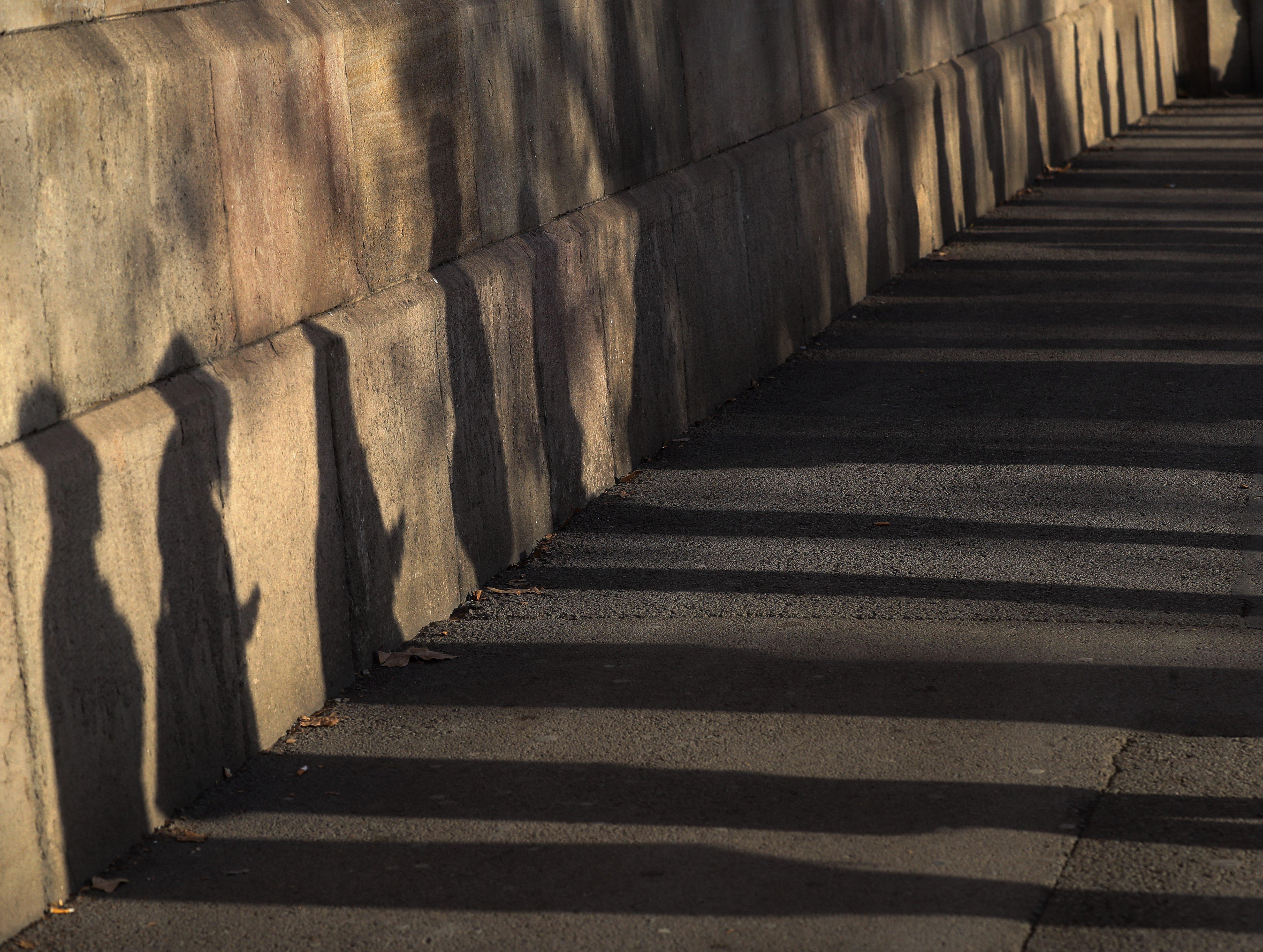 Ombres dels ciutadans que esperen per votar en el col·legi electoral de la plaça de la Universitat. /JAVIER ETXEZARRETA