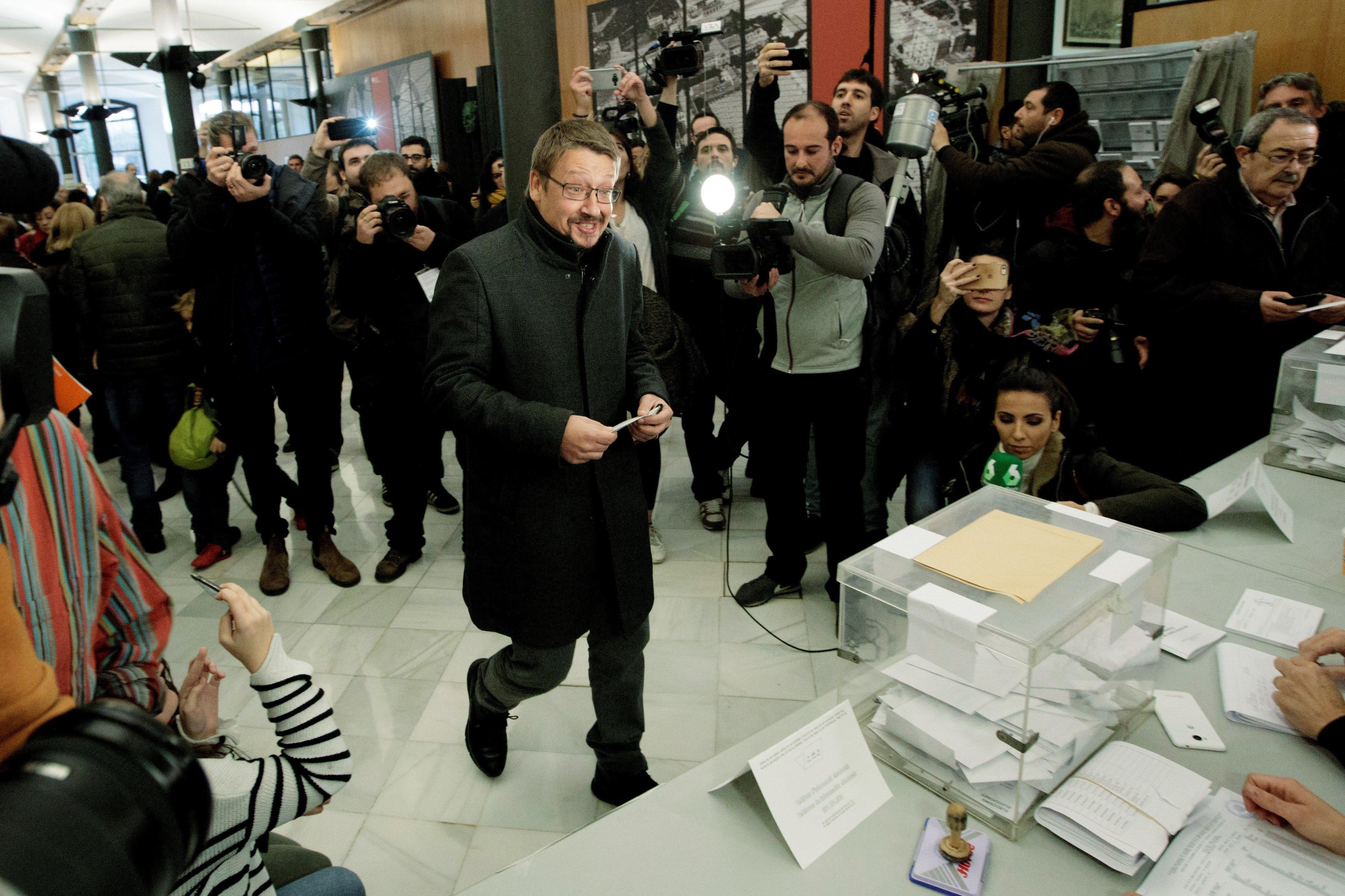 El cap de llista de Catalunya en Comú Podem, Xavier Domènech, a la seva arribada a l'Escola Industrial de Barcelona per dipositar el seu vot. /MARTA PÉREZ