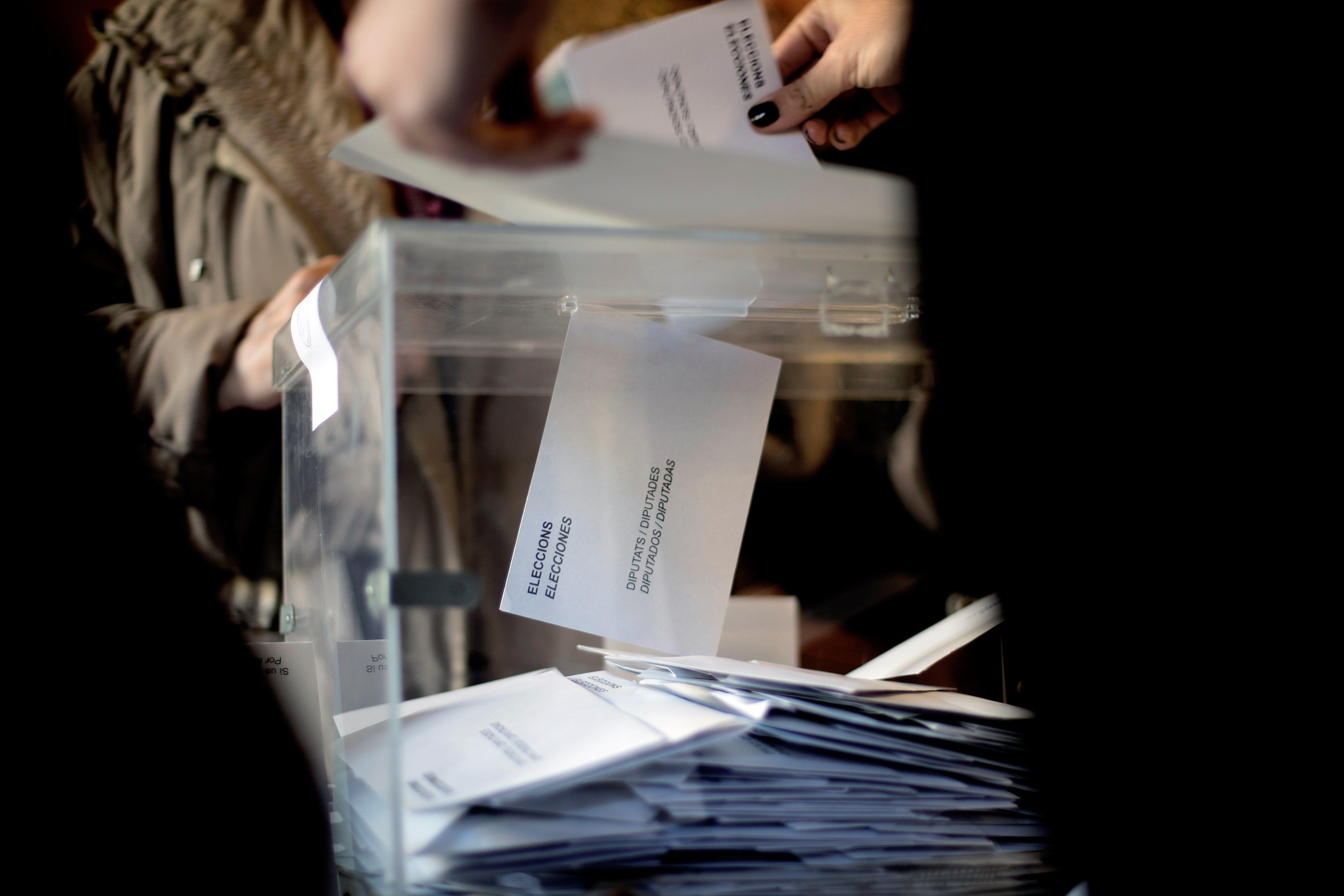 Nombroses persones han exercit el seu dret al vot a les taules electorals de la Escola Industrial de Barcelona. /MARTA PÉREZ