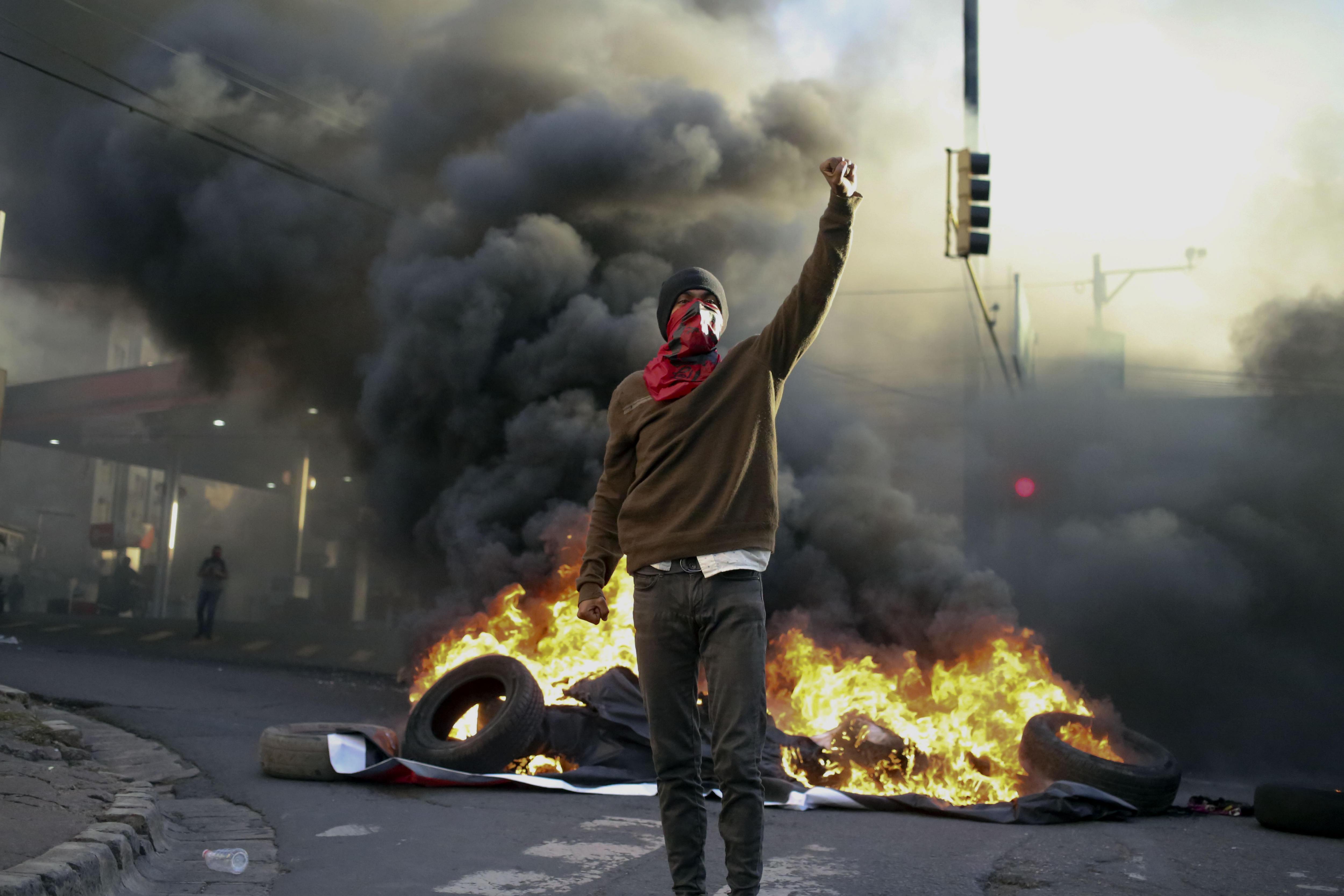 """L'oposició es manifesta contra el """"frau electoral"""" davant l'ambaixada dels EUA. /GUSTAVO AMADOR"""