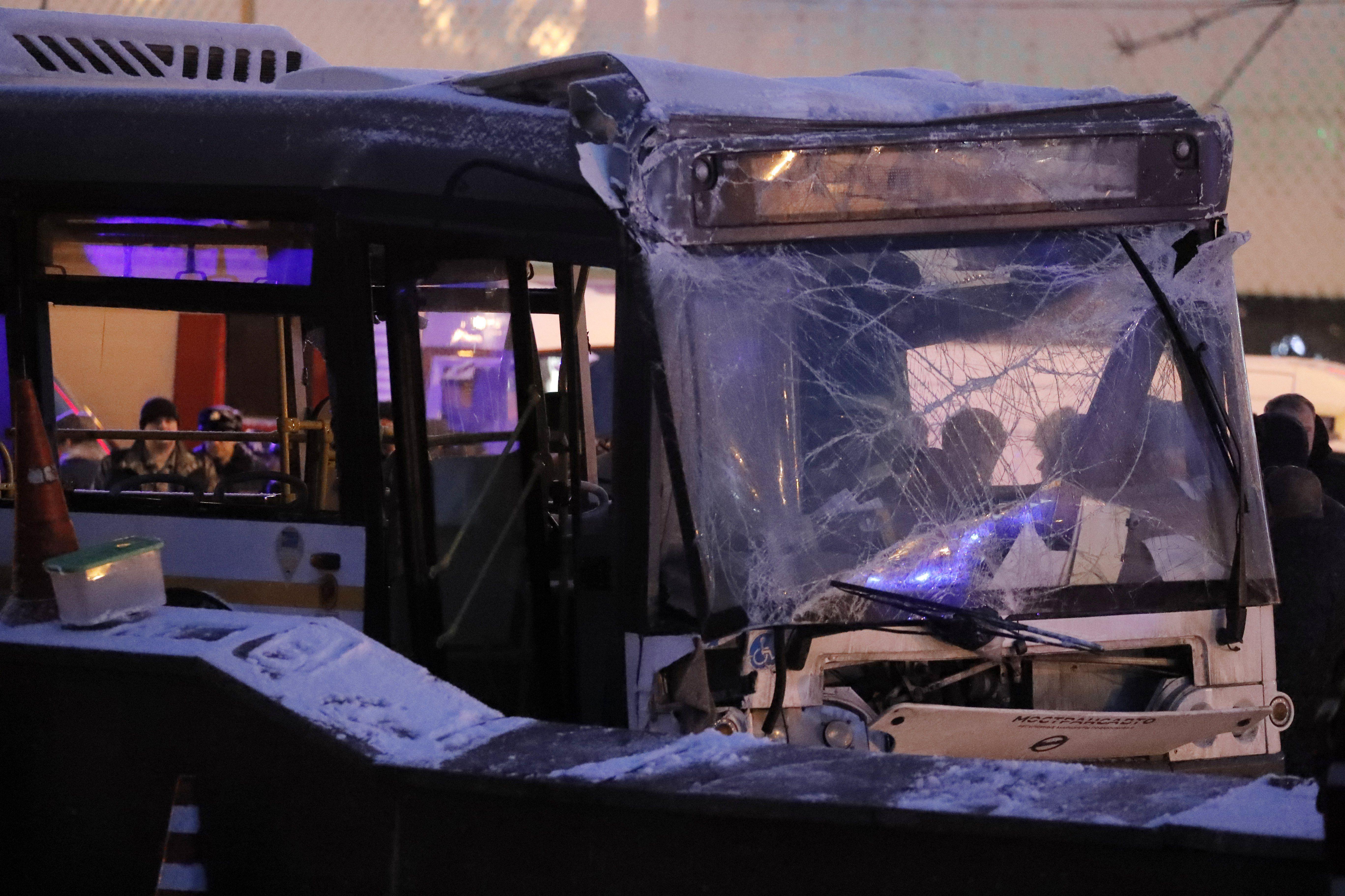 Com a mínim cinc morts i quinze ferits a un accident d'autobús a Moscou.