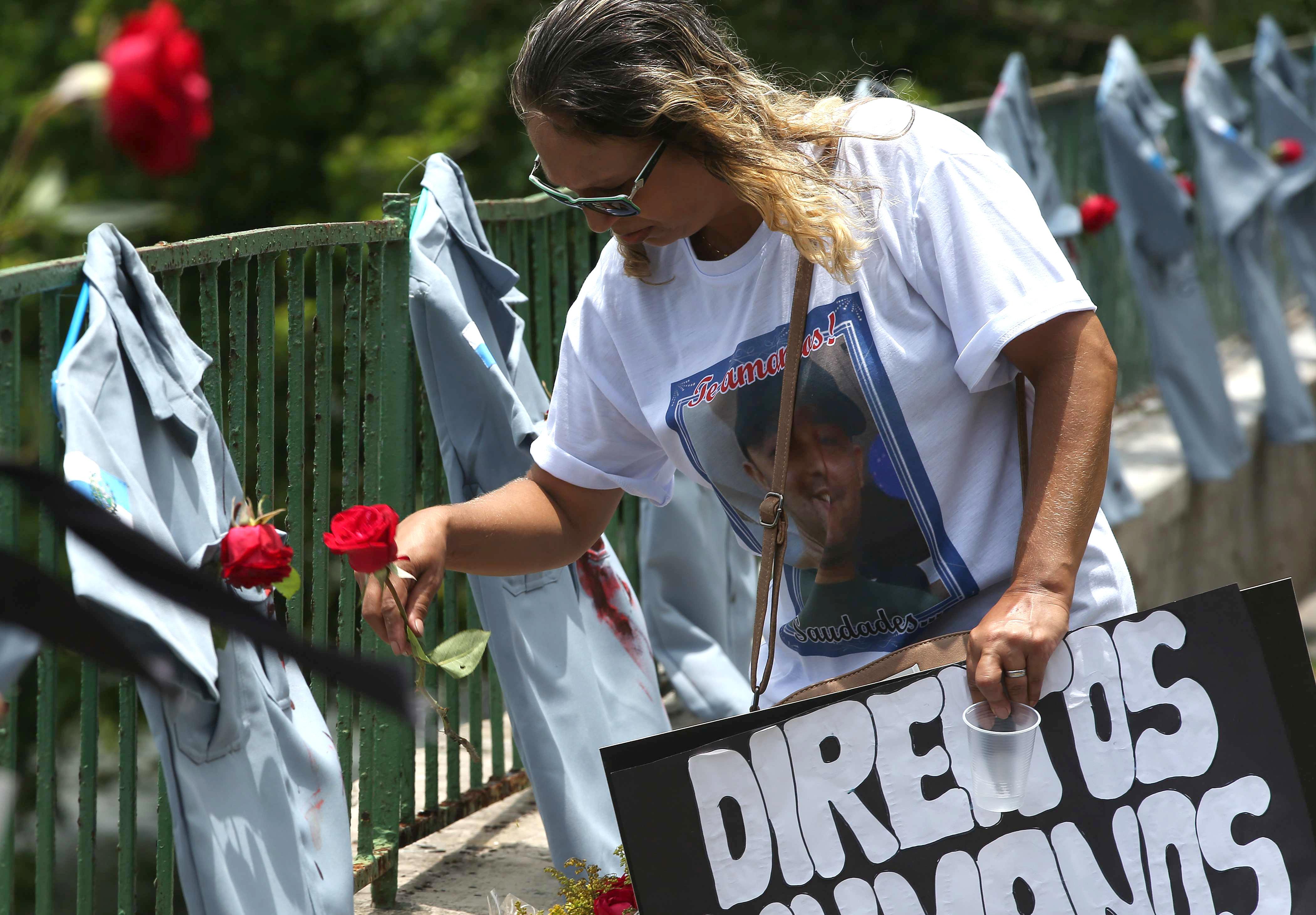 Rio de Janeiro ret homenatge als policies assassinats aquest any i demana pau. / MARCELO SAYAO