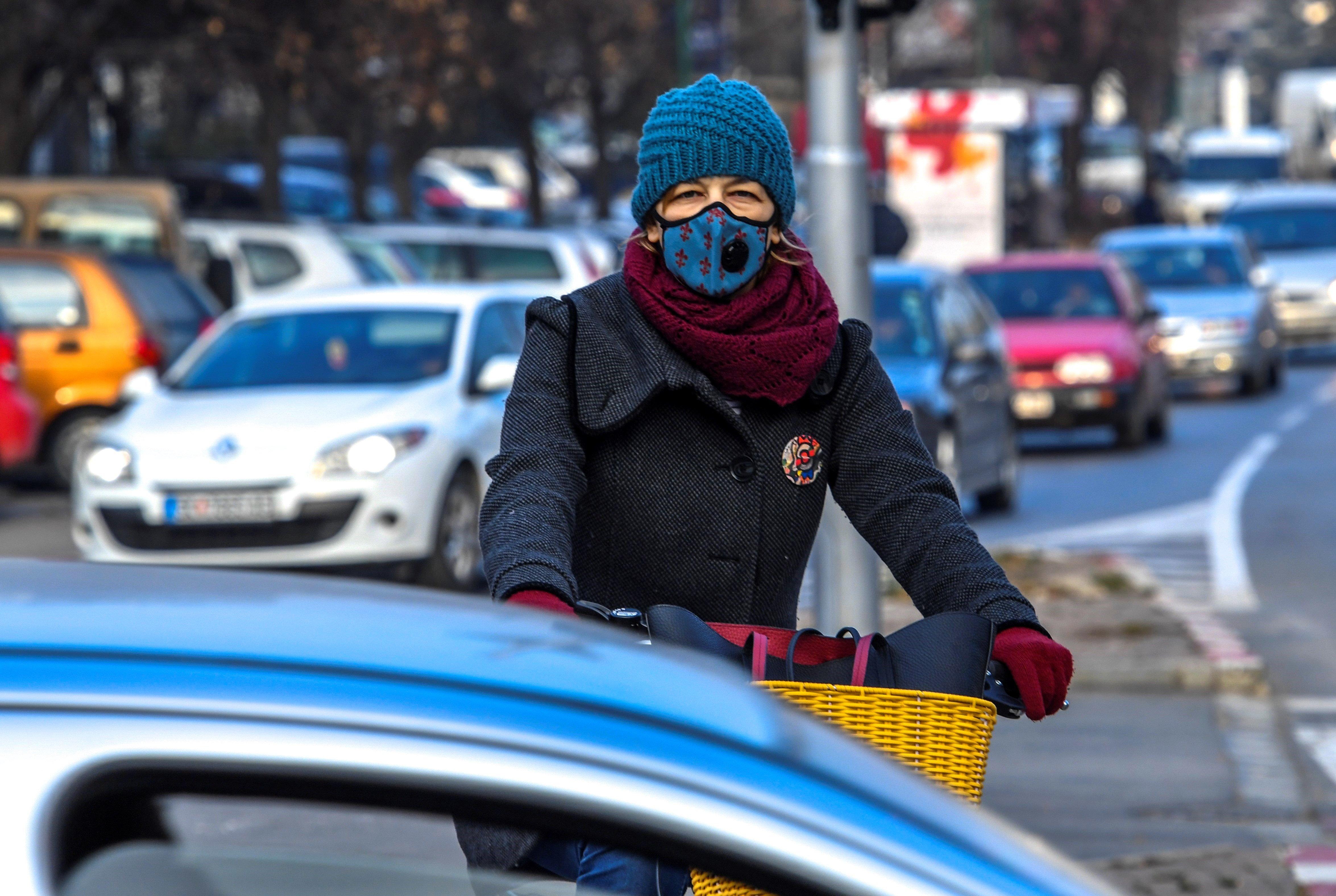 El govern de Macedònia ha demanat a la ciutadania que faci ús de la bicicleta o del transport públic per combatre la contaminació atmosfèrica / GEORGI LICOVSKI