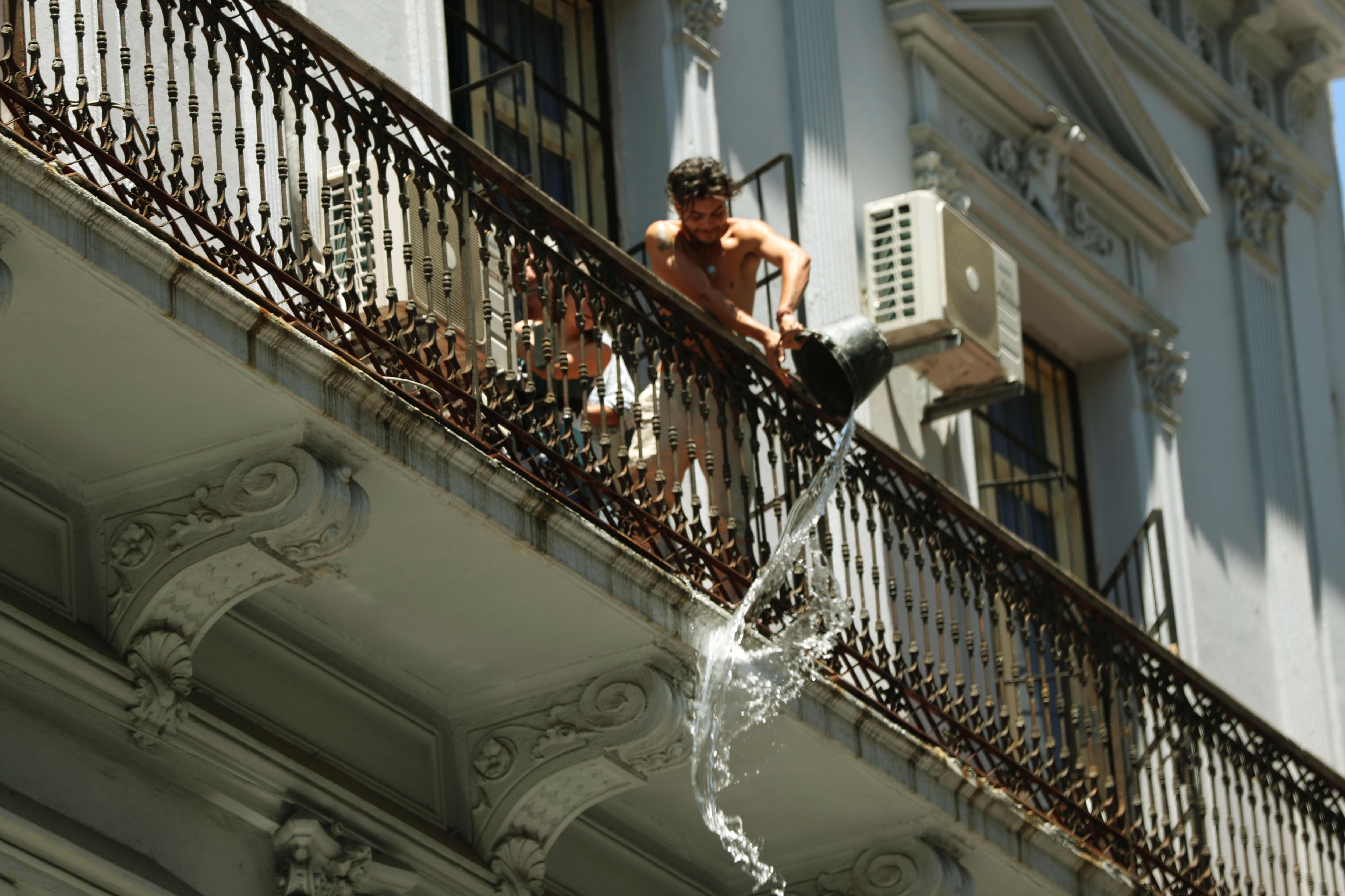 A Montevideo (Urugai) celebren cada final d'any amb la tradició de trencar calendaris i tirar aigua per les finestres als transeünts que passen pels carrers del barri Ciutat Vella. / RAÚL MARTÍNEZ