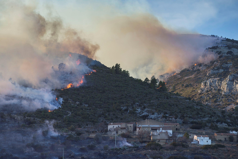 Vista general de l'incendi forestal al terme municipal de Culla, a l'interior de la província de Castelló. / DOMÈNECH CASTELLÓ
