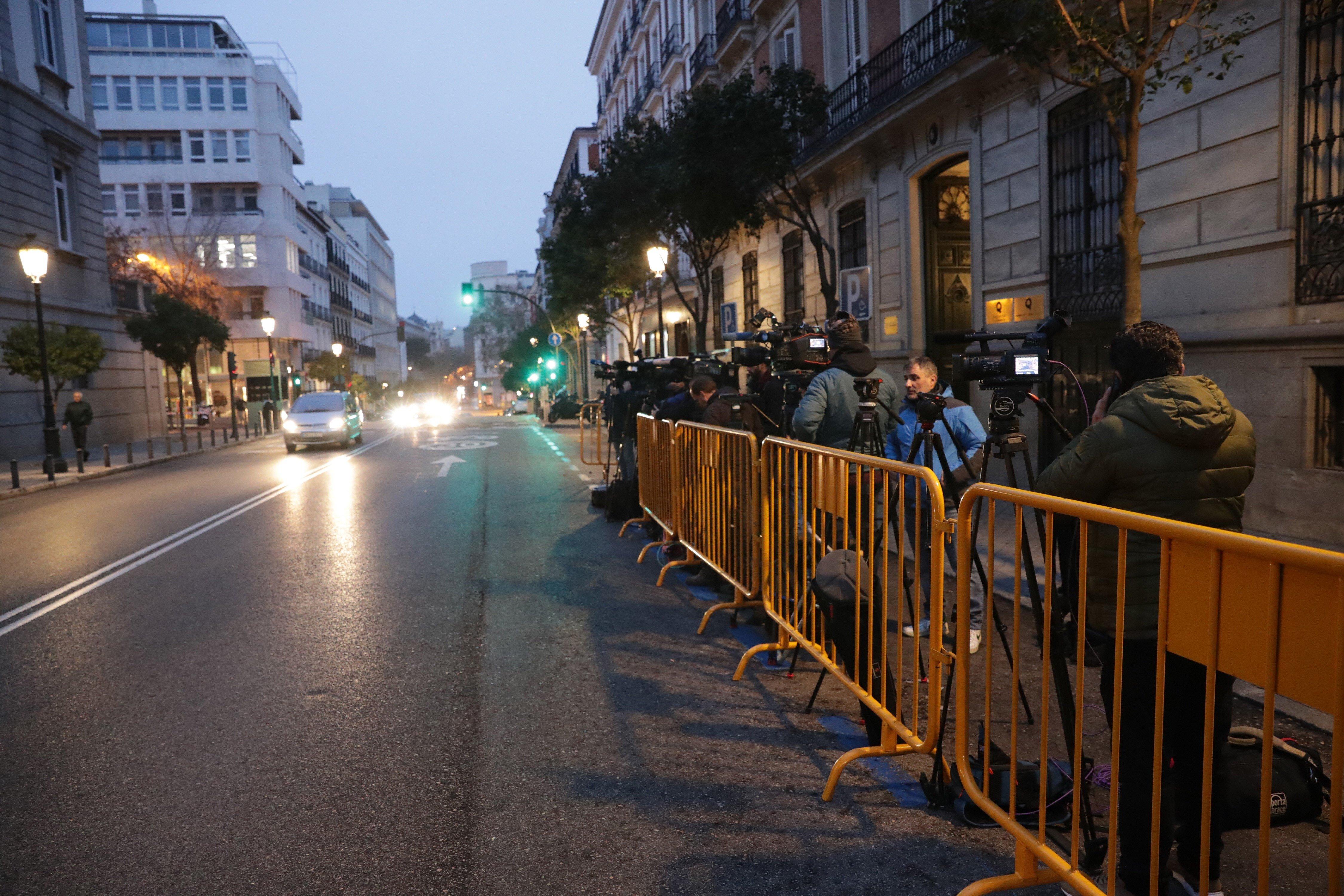 Nombrosos mitjans de comunicació esperen des de primera hora del matí als voltants del Tribunal Suprem que avui estudia el recurs contra la presó de l' exvicepresident català Oriol Junqueras. / EFE
