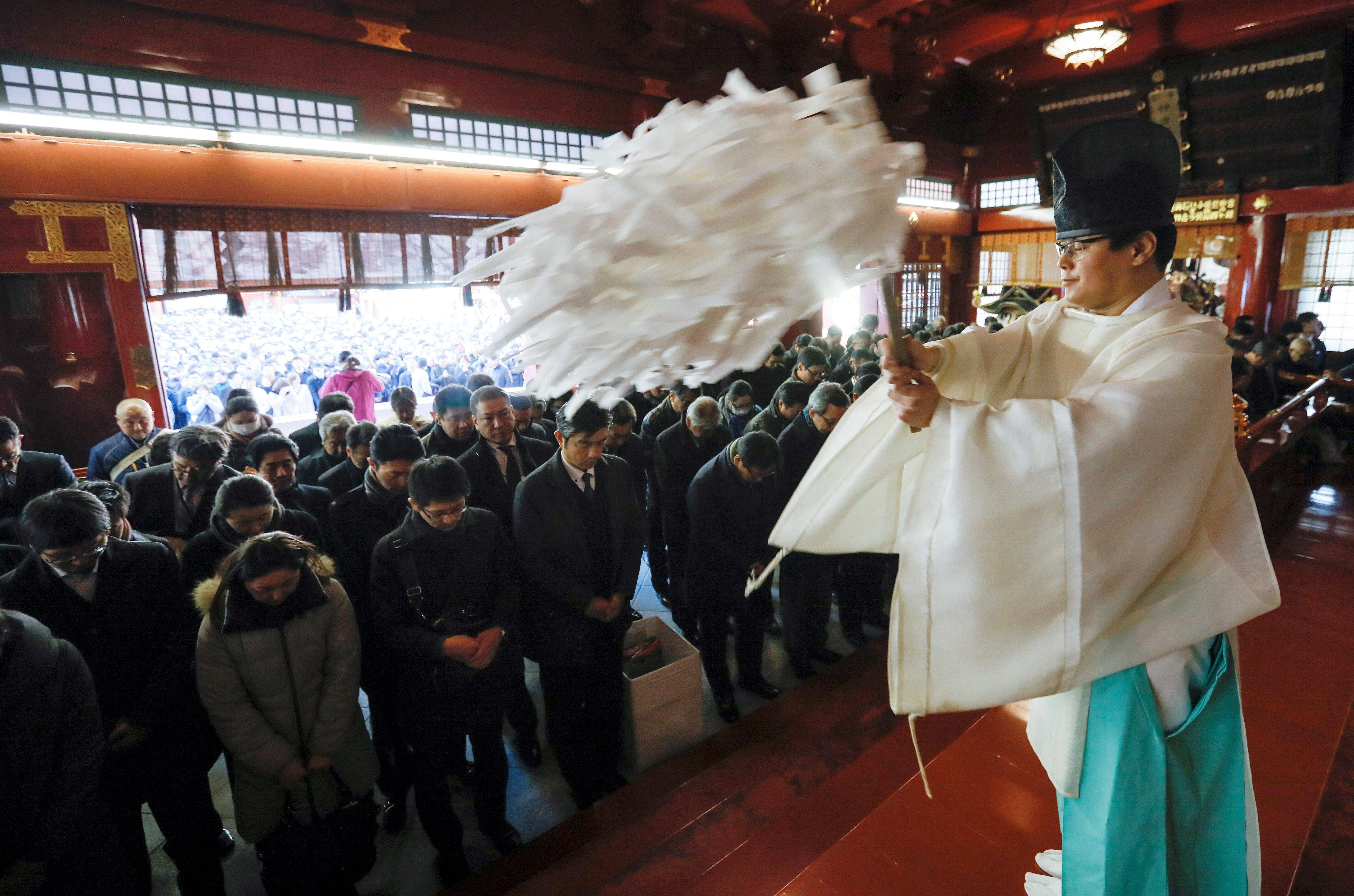 Treballadors demanen prosperitat per a les seves empreses en un monestir sintoista a Tòquio (Japó). / KIMIMASA MAYAMA