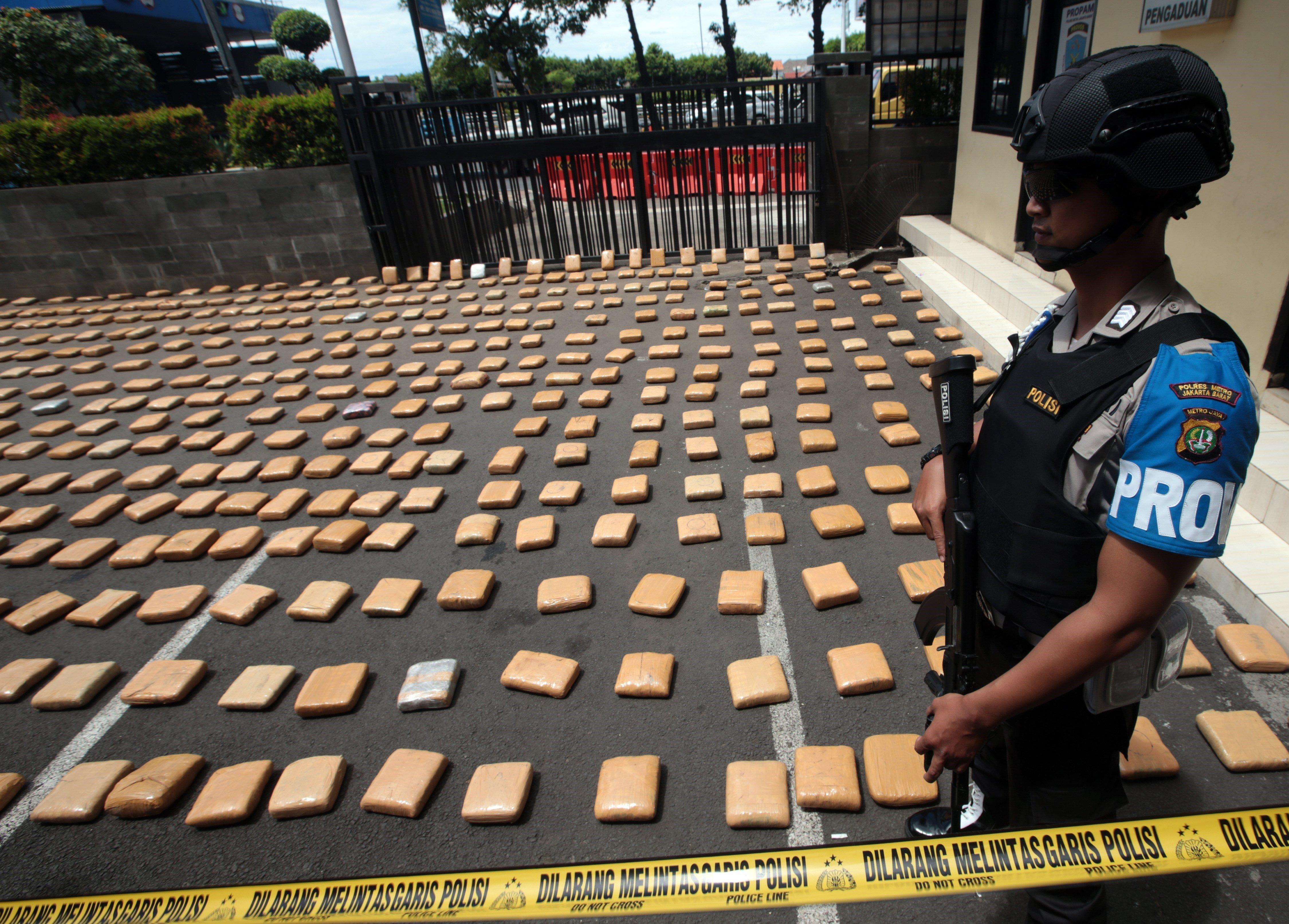 La policia indonèsia confisca més d'una tona de cànnabis a un grup de sis suposats traficants a Jakarta. / BAGUS INDAHONO