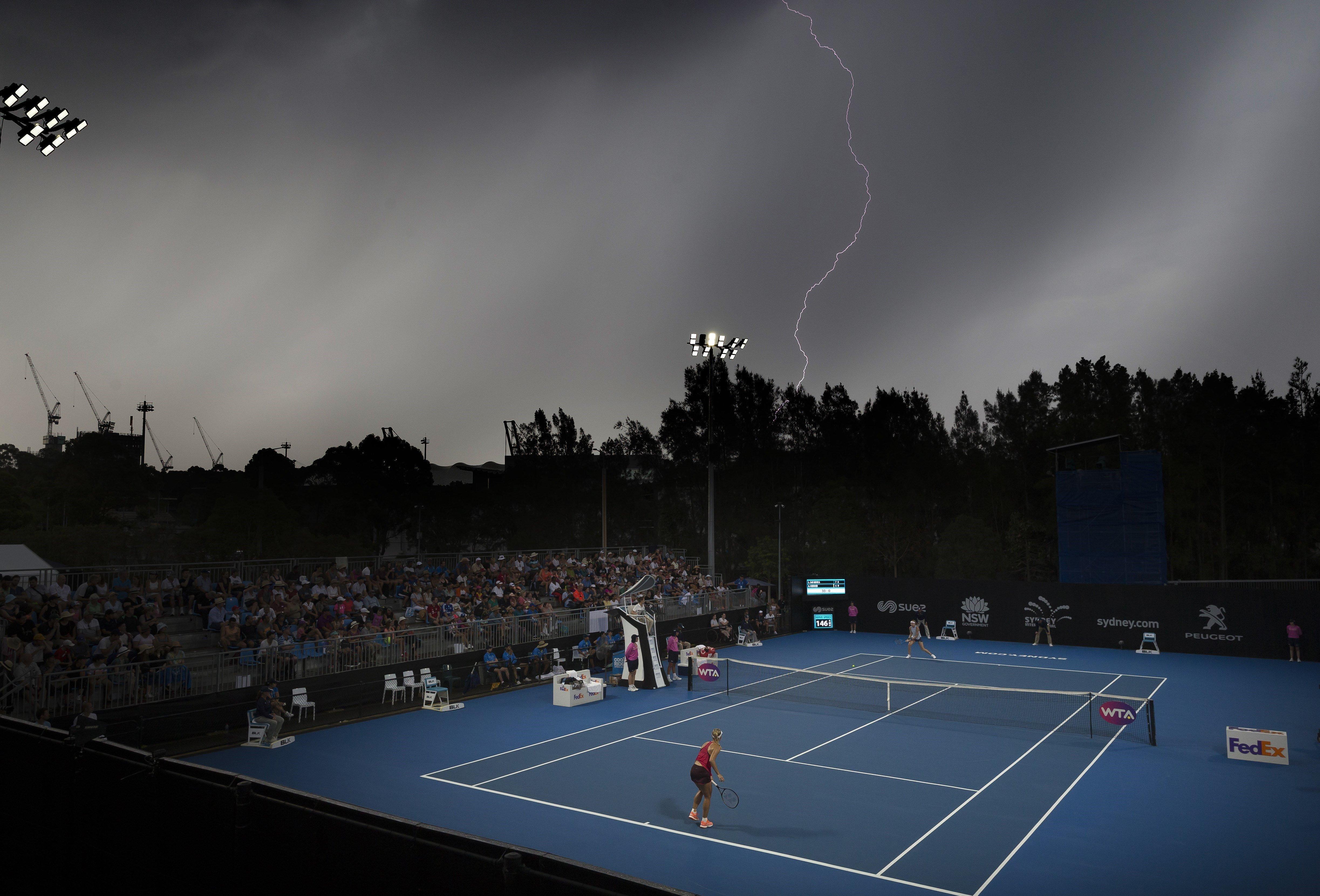Un raig cau travessa el partit entre l'alemanya Angelique Kerber i la txeca Lucie Safarova en el torneig de Sidney (Austràlia) moments abans que ser suspès pel mal temps. /CRAIG GOLDING