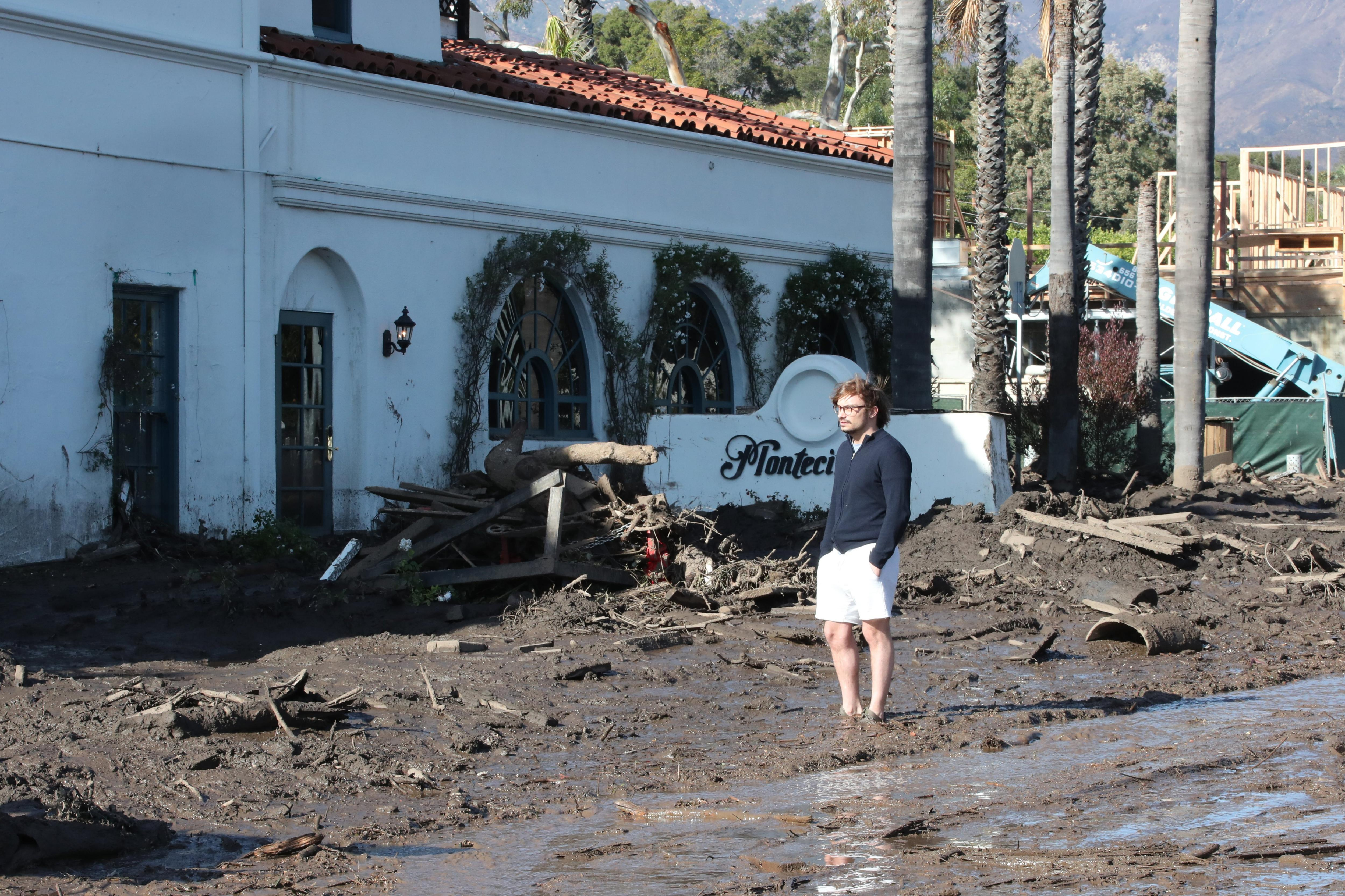 Un home observa els danys després de les fortes pluges que han causat esllavissades mortals a Califòrnia, als Estats Units. /MIKE NELSON