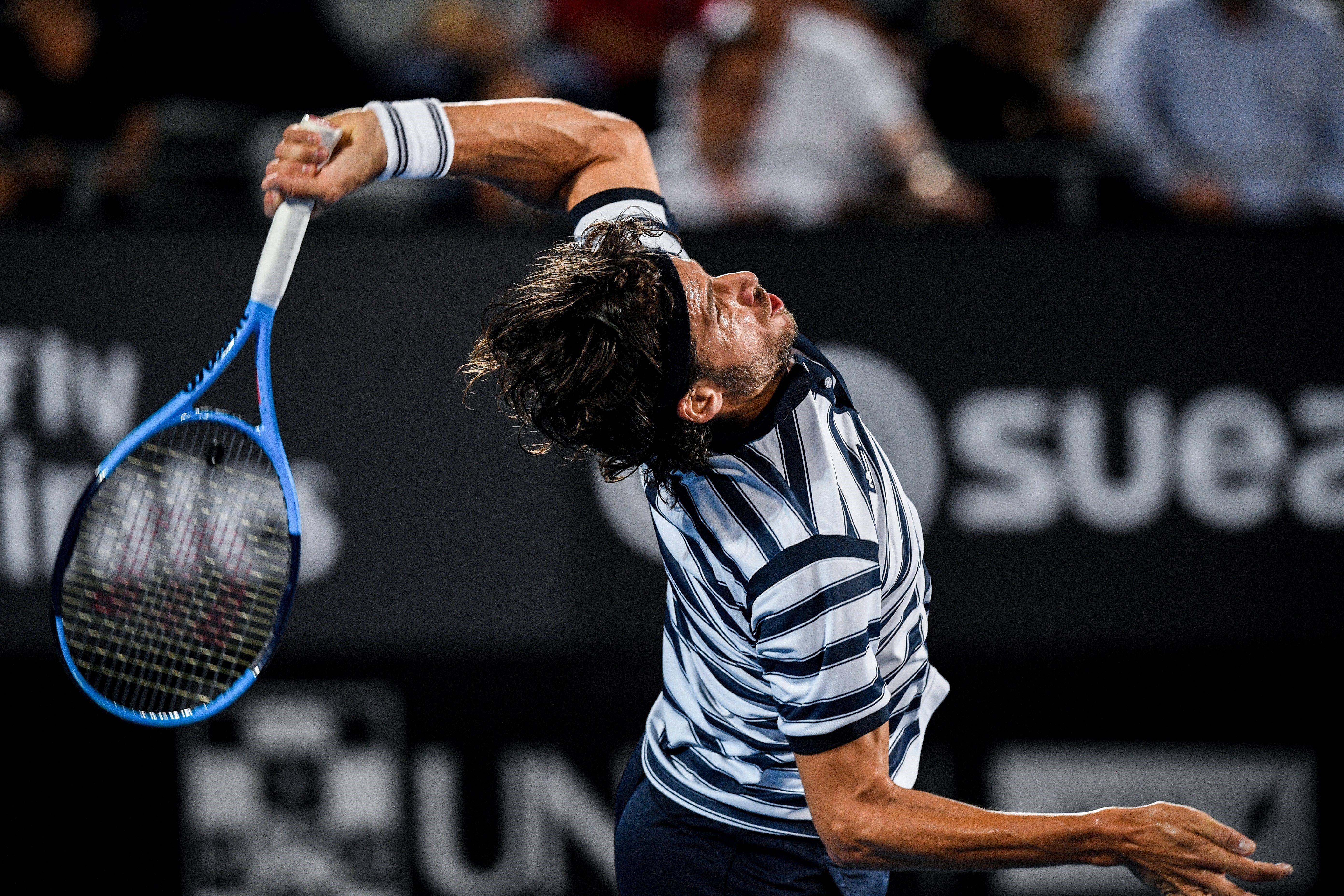El tenista espanyol Feliciano López retorna la pilota a l'australià Alex De Minaur durant el partit de quarts de final del torneig de Sidney (Austràlia). /BRENDAN ESPOSITO