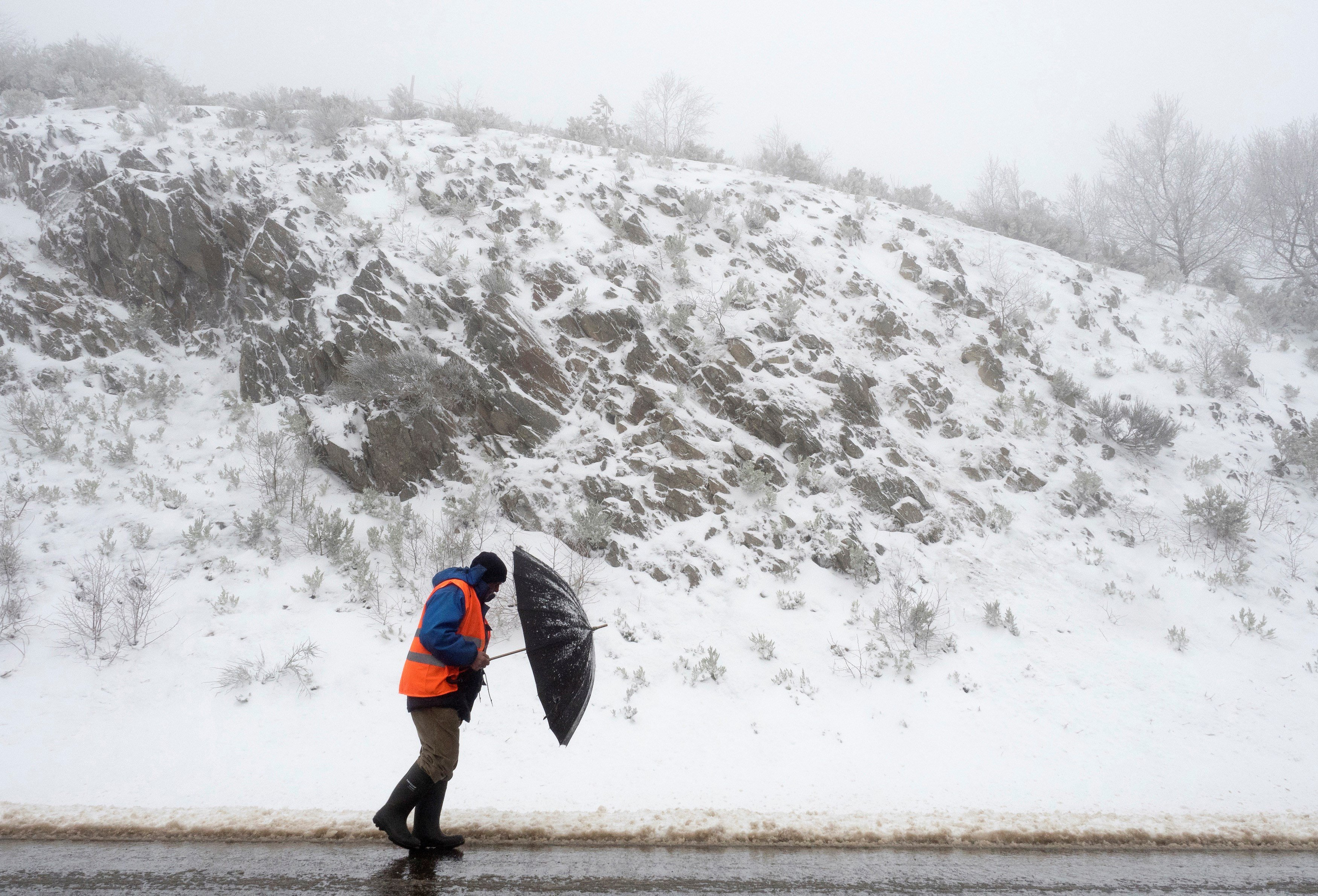 La neu obliga a tallar cinc carreteres a la província de Lugo. /ELISEO TRIGO