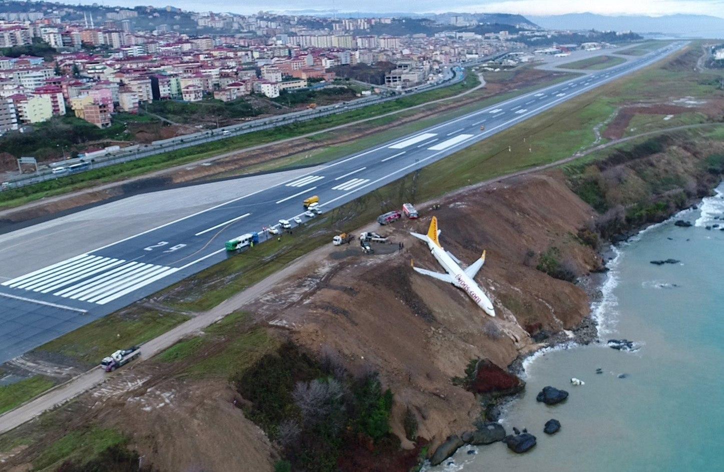 Un avió turc amb 162 passatgers cau per un penya-segat sense que hagi ferits. /STR