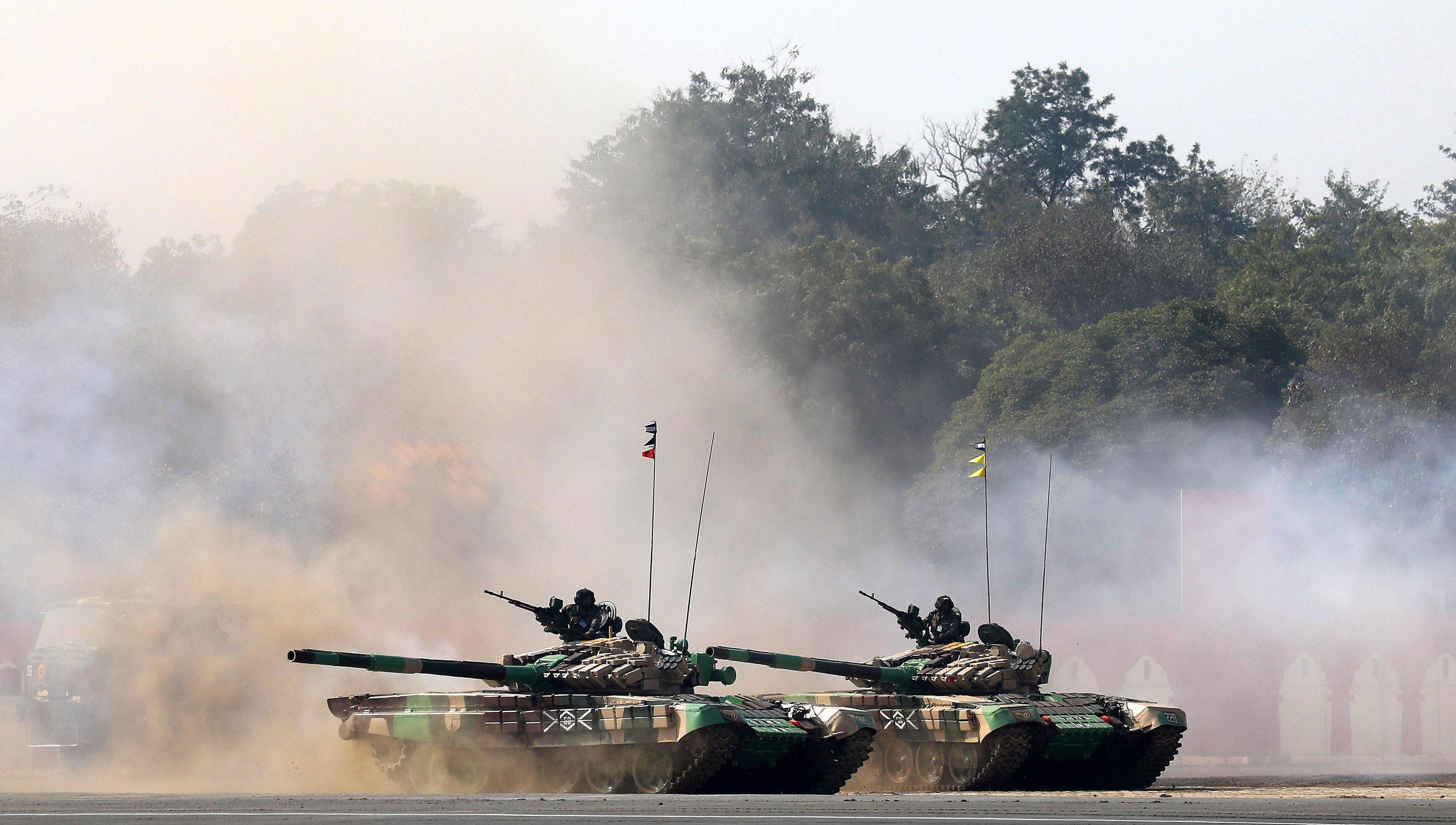 Soldats de l'Exèrcit indi realitzen una demostració amb tancs durant la celebració del Dia de l'Exèrcit d'Índia a Nova Delhi (Índia). /RAJAT GUPTA