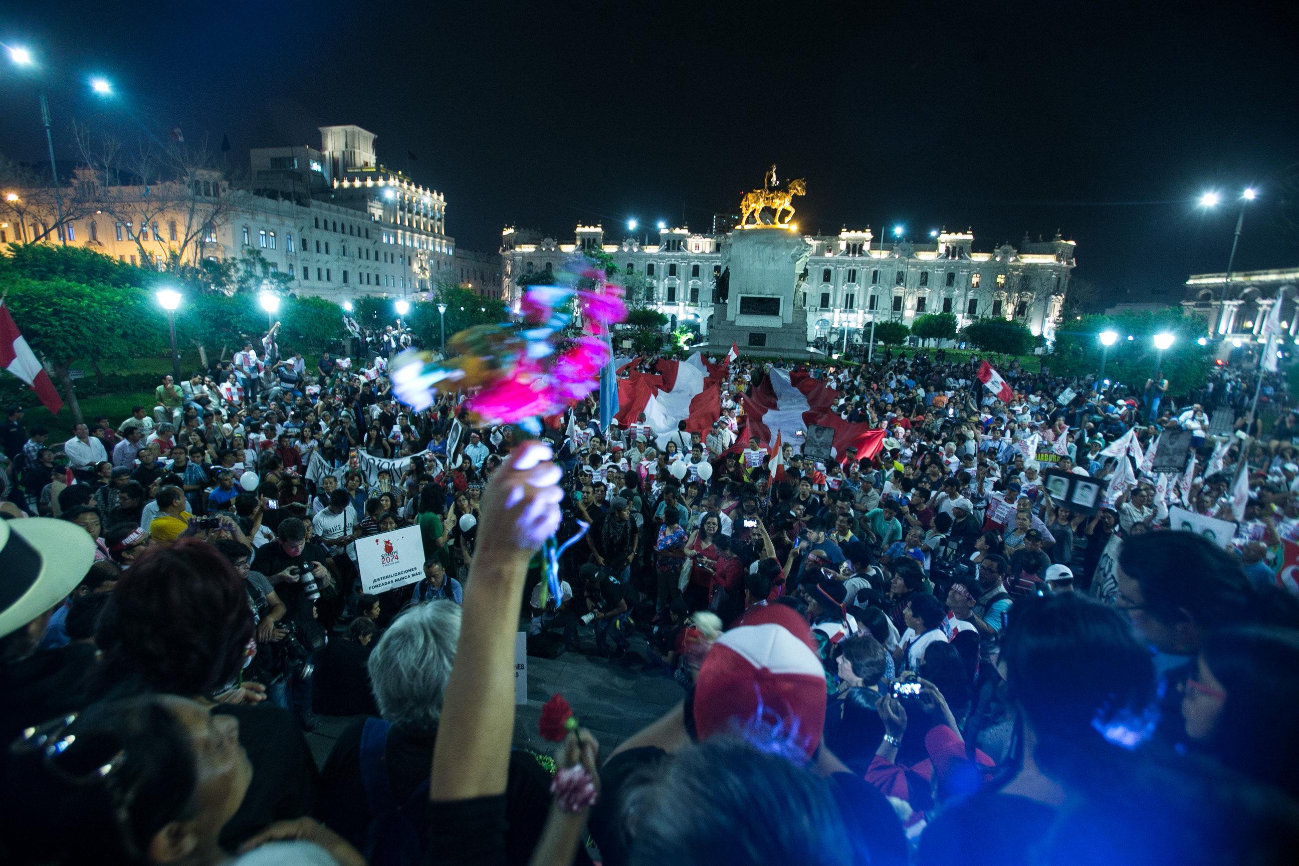 Milers de persones marxen a Lima i a diverses ciutats contra l'indult a Fujimori. /EDUARDO CAVERO
