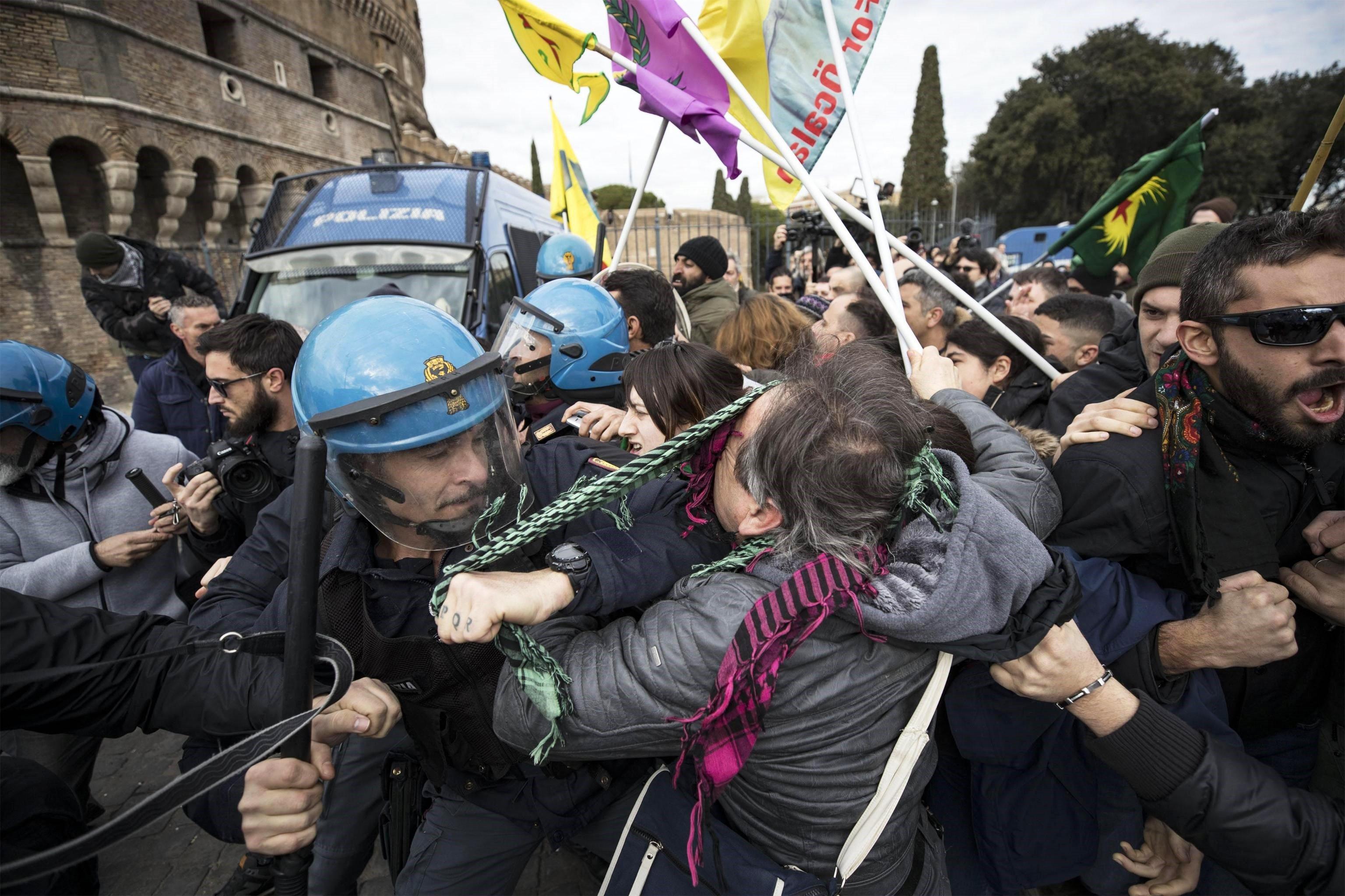 Manifestants s'enfronten a antidisturbis durant una manifestació contra la visita del president turc, Recep Tayyip Erdogan, a Roma (Itàlia). /MASSIMO PERCOSSI