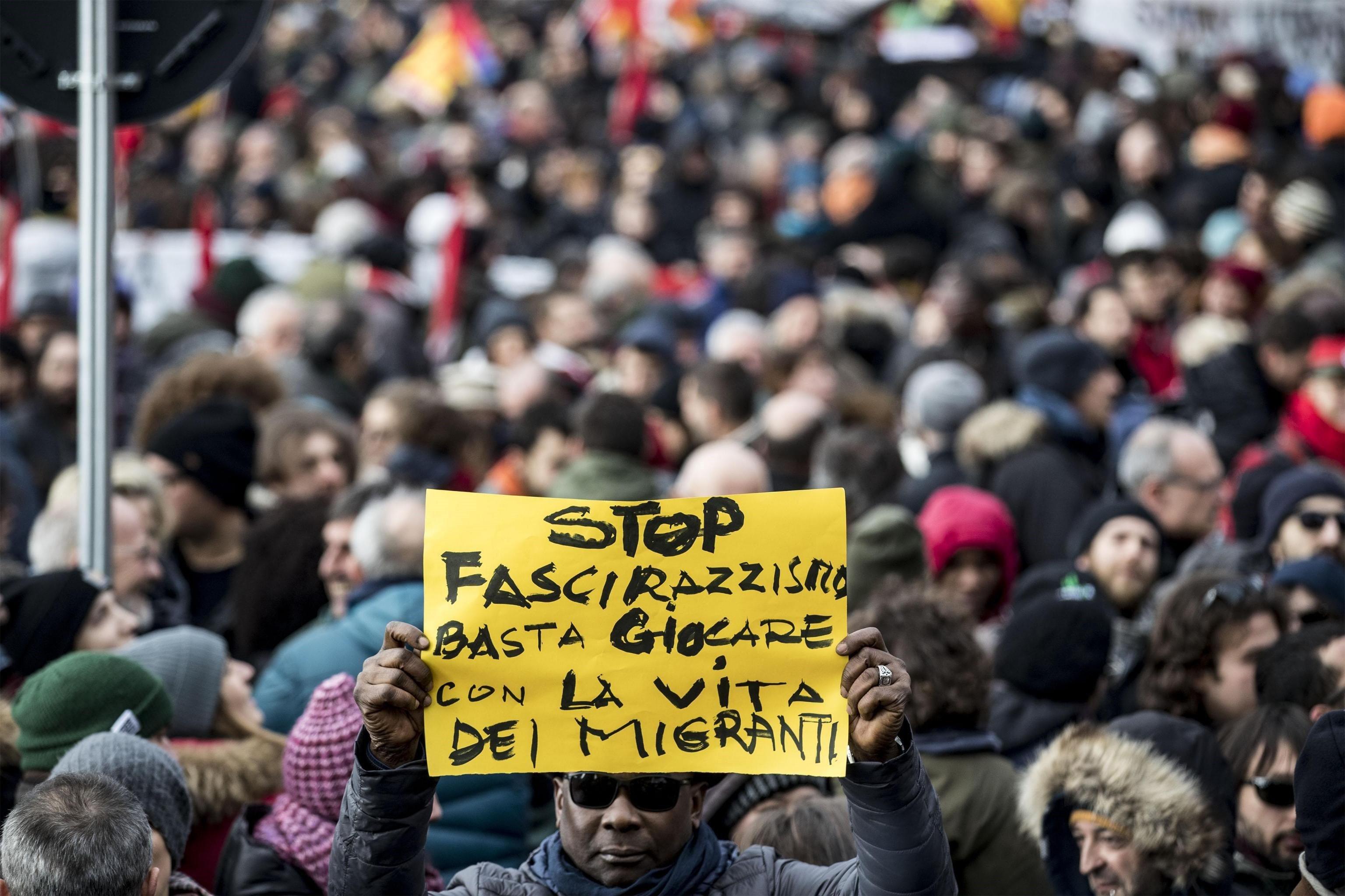 Una persona sosté una pancarta durant la manifestació contra el racisme a Macerata, després que un italià disparés contra diverses persones de color. /MASSIMO PERCOSSI