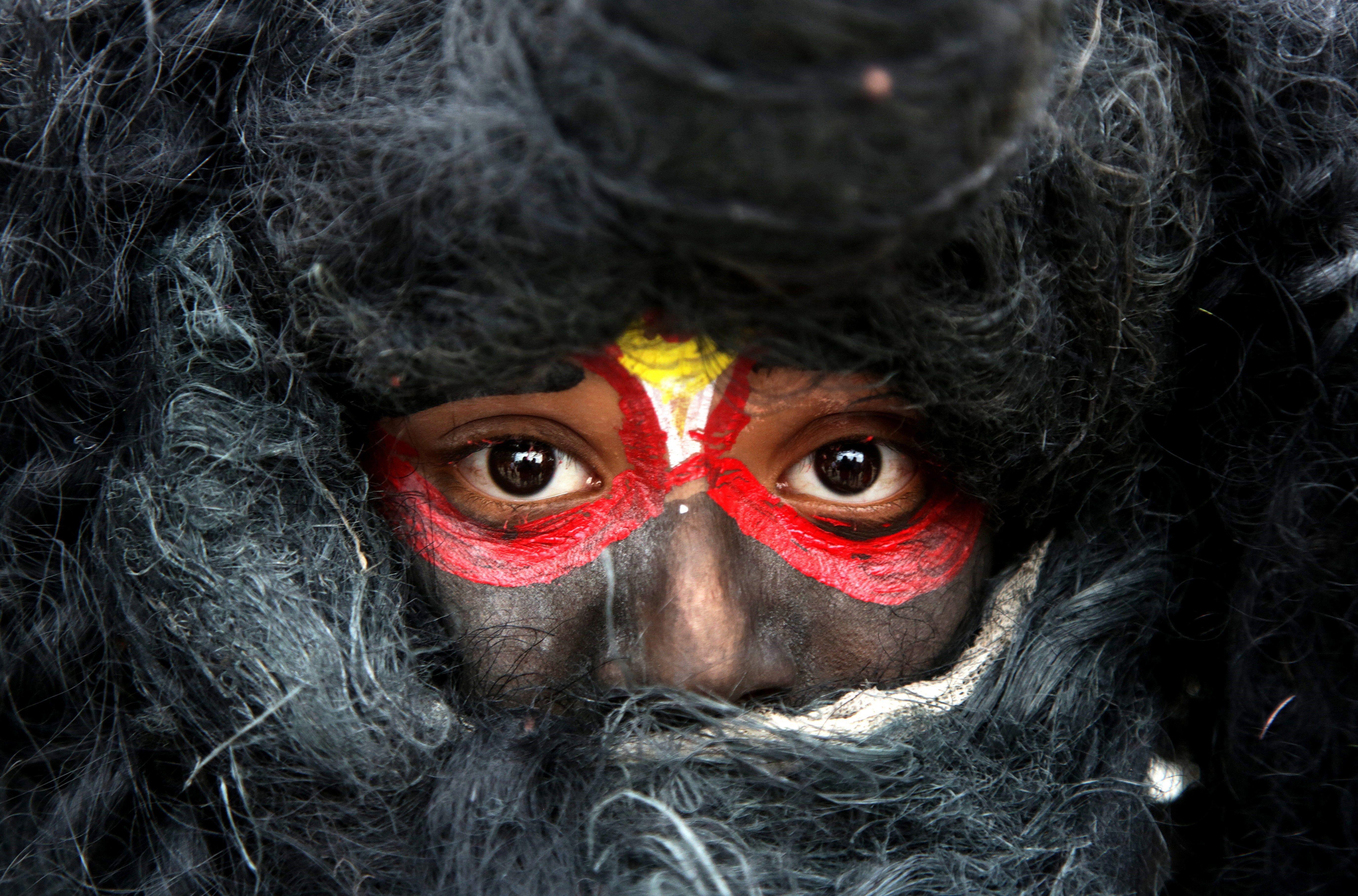 "Un nin indi, vestit com el déu Shiva, participa a la festivitat popular hindú ""Maha Shivaratri"". /JAIPAL SINGH"