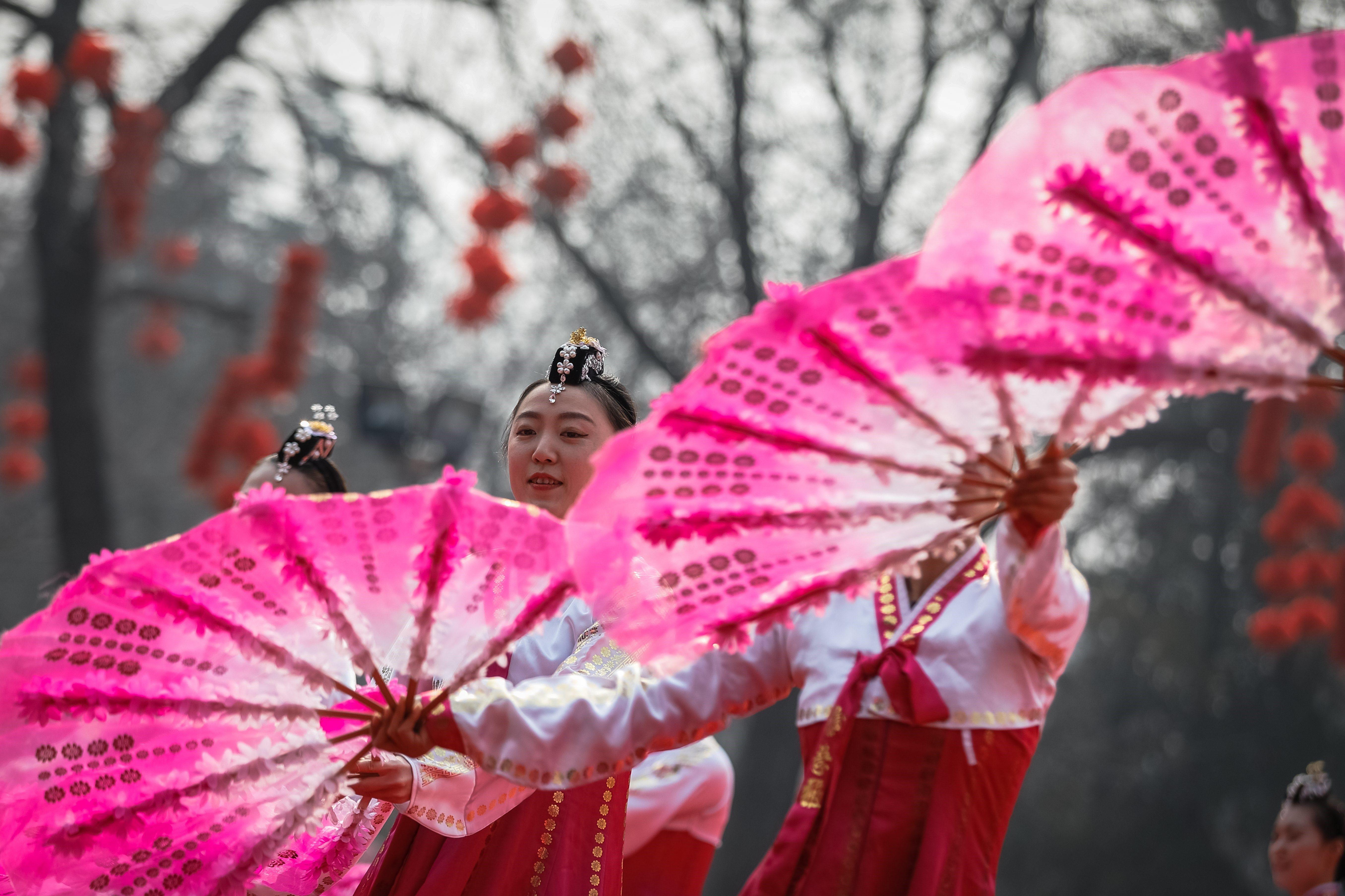 Diverses artistes actuen durant les celebracions de l'Any Nou Lunar al parc de Longtan, a Pequín (Xina). /ROMAN PILIPEY