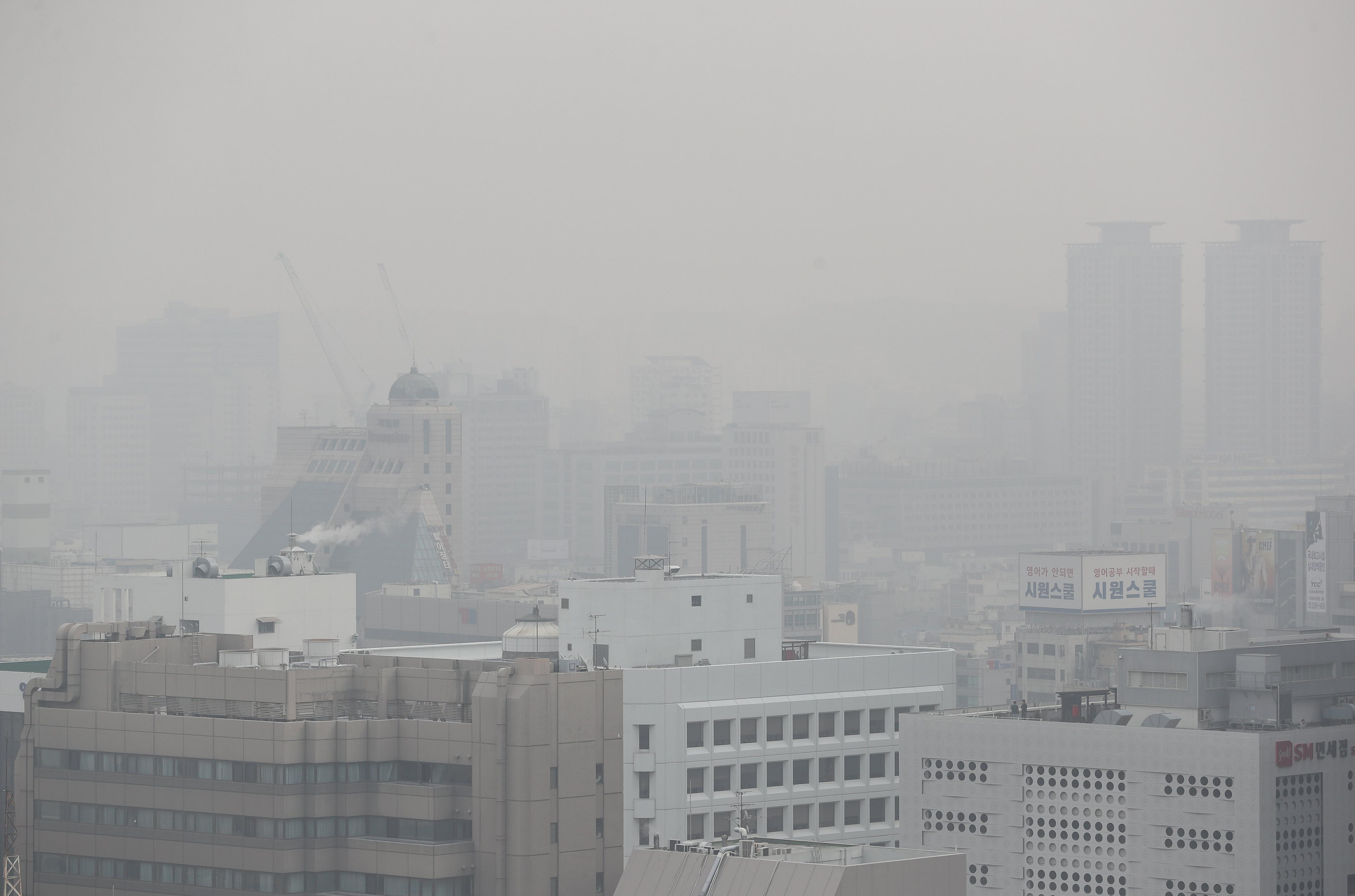 Boira contaminant cobreix edificis amb una pols fina a mesura que les temperatures s'escalfen al centre de Seül (Corea del Sud). /YONHAP