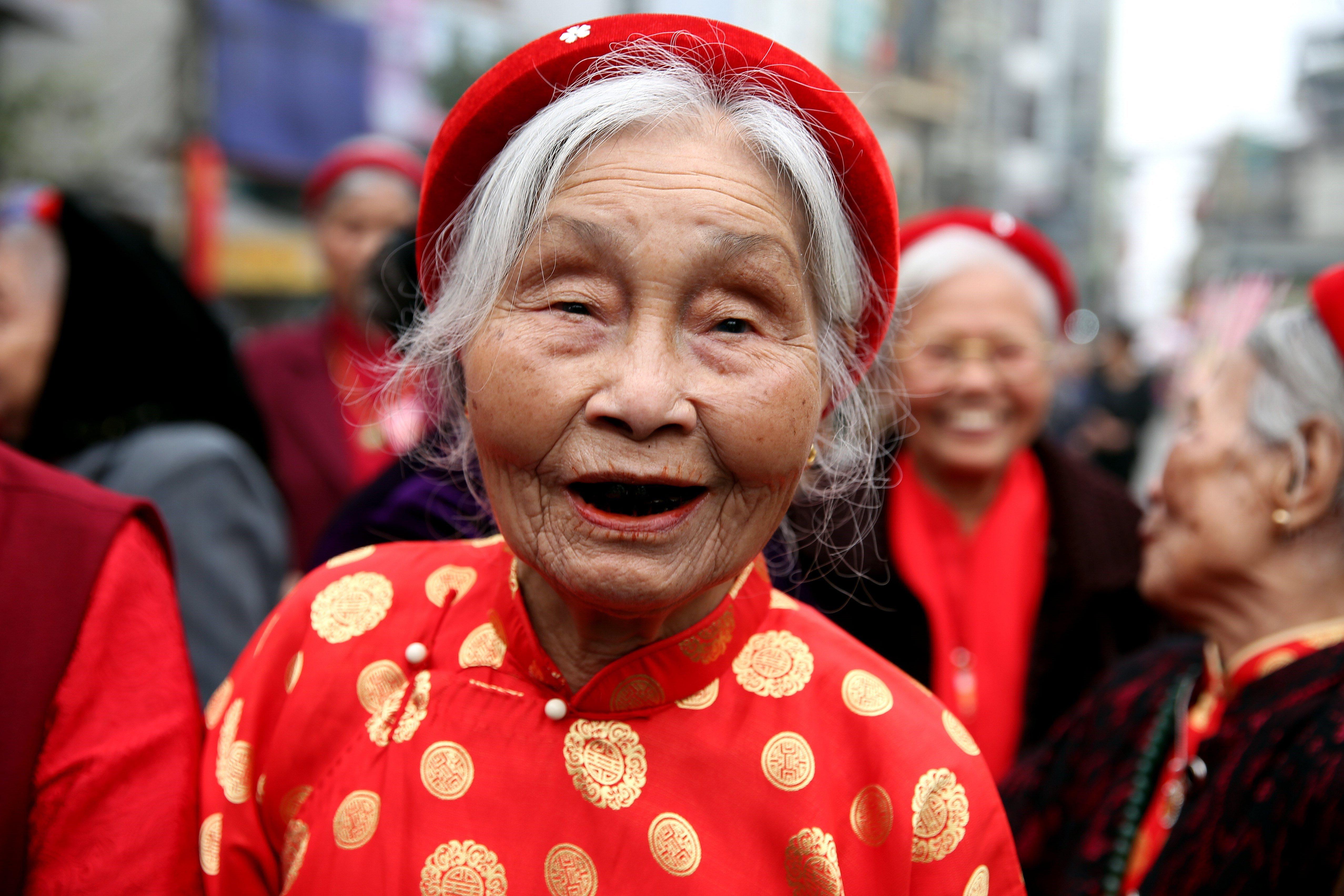 Una dona participa en la celebració del festival Trieu Khuc en el districte de Thanh Tri a Hanoi (Vietnam). /LUONG THAI LINH