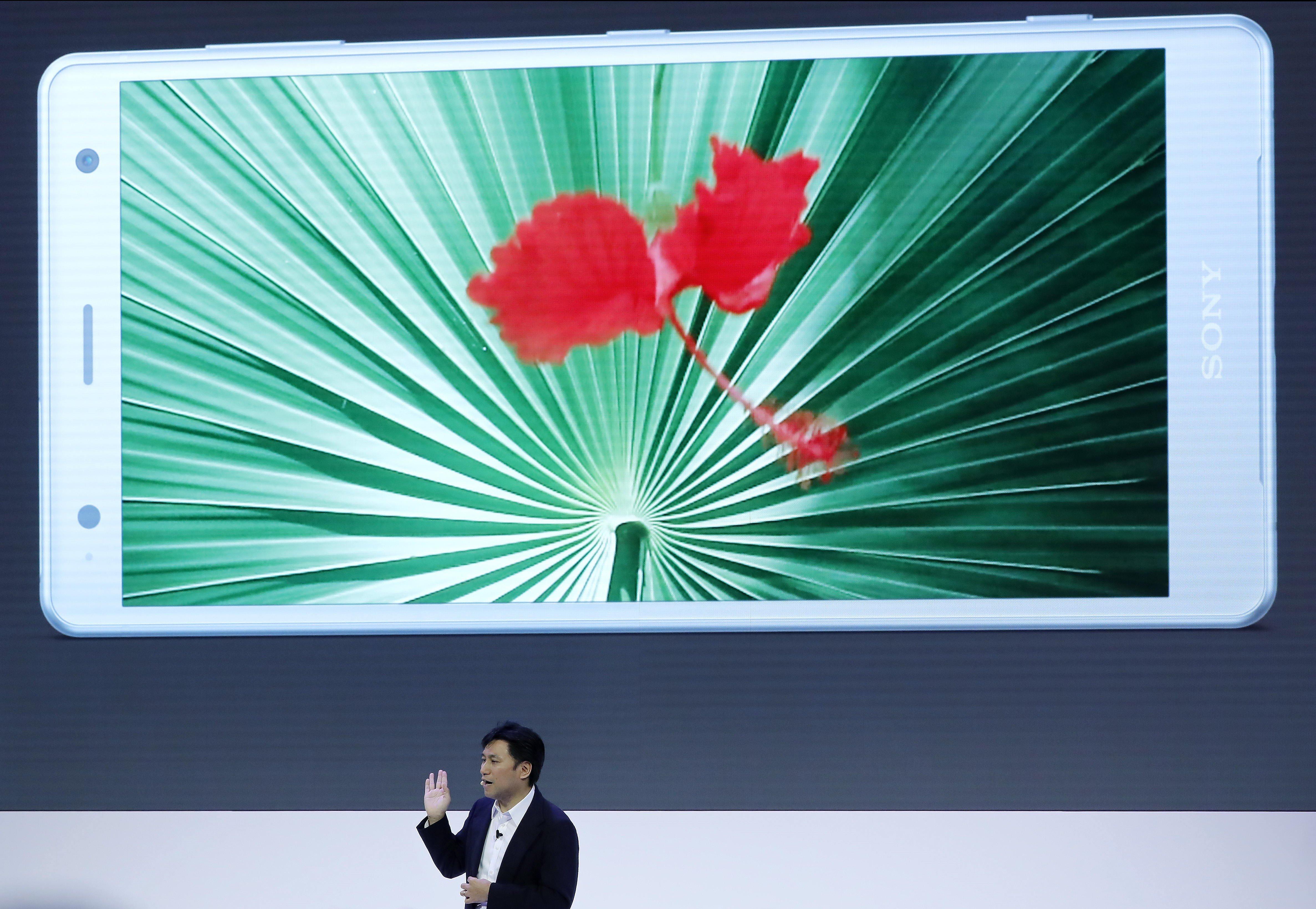 Hideyuki Furimi, EPV, Global Sales & Màrqueting de Sony Mobile, presenta les dues novetats de la companyia japonesa dins de la primera jornada del Mobile World Congress (MWC). /ANDREU DALMAU