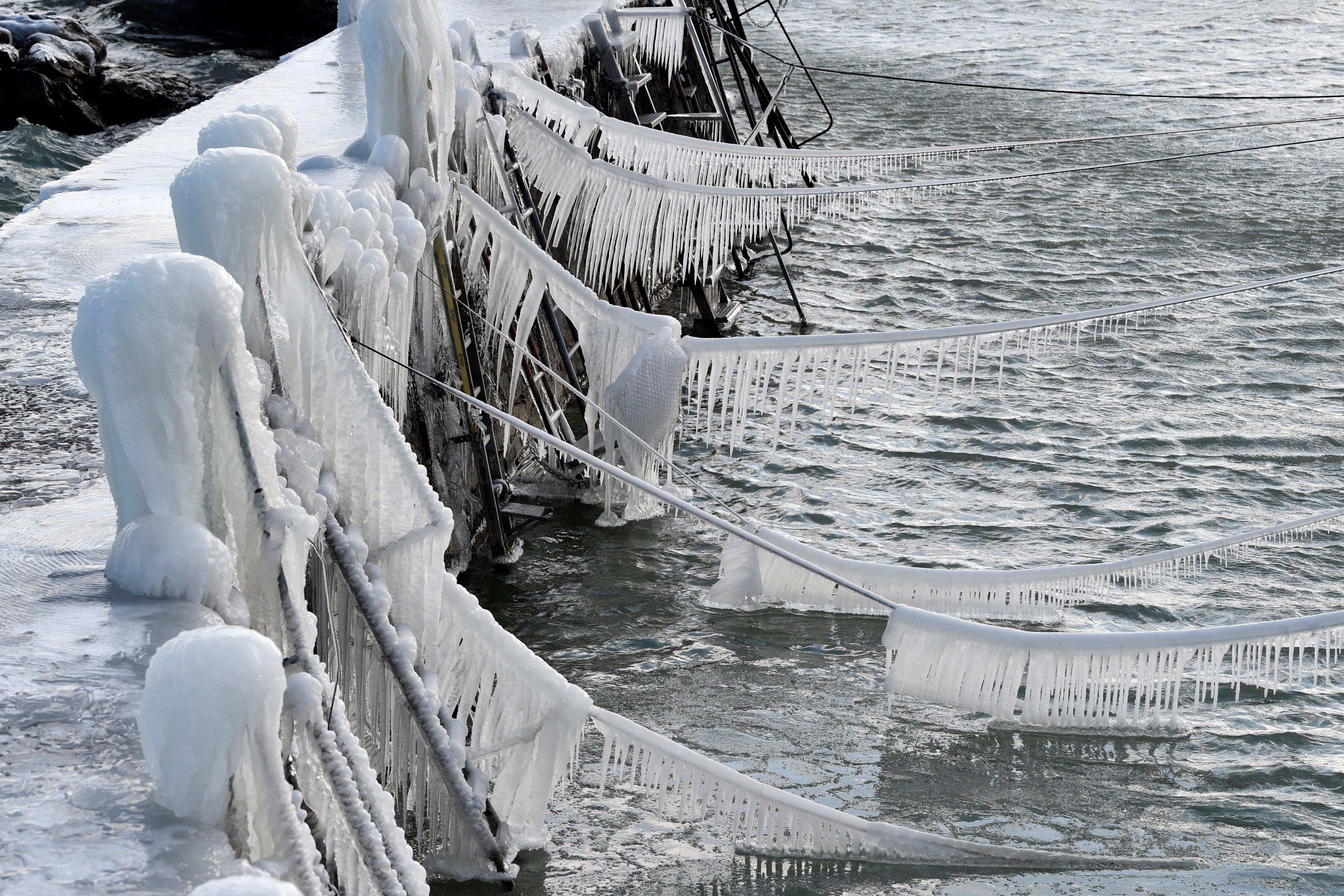 Trossos de gel cobreixen els amarraments dels vaixells al llac de Constança, a Suïssa. /WALTER BIERI