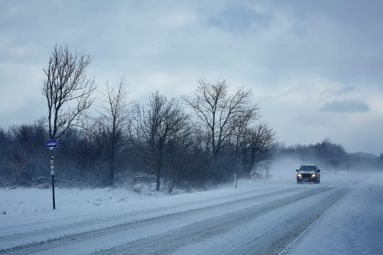 Un vehicle circula per una carretera nevada a Aalborg (Dinamarca). /PELLE RINK