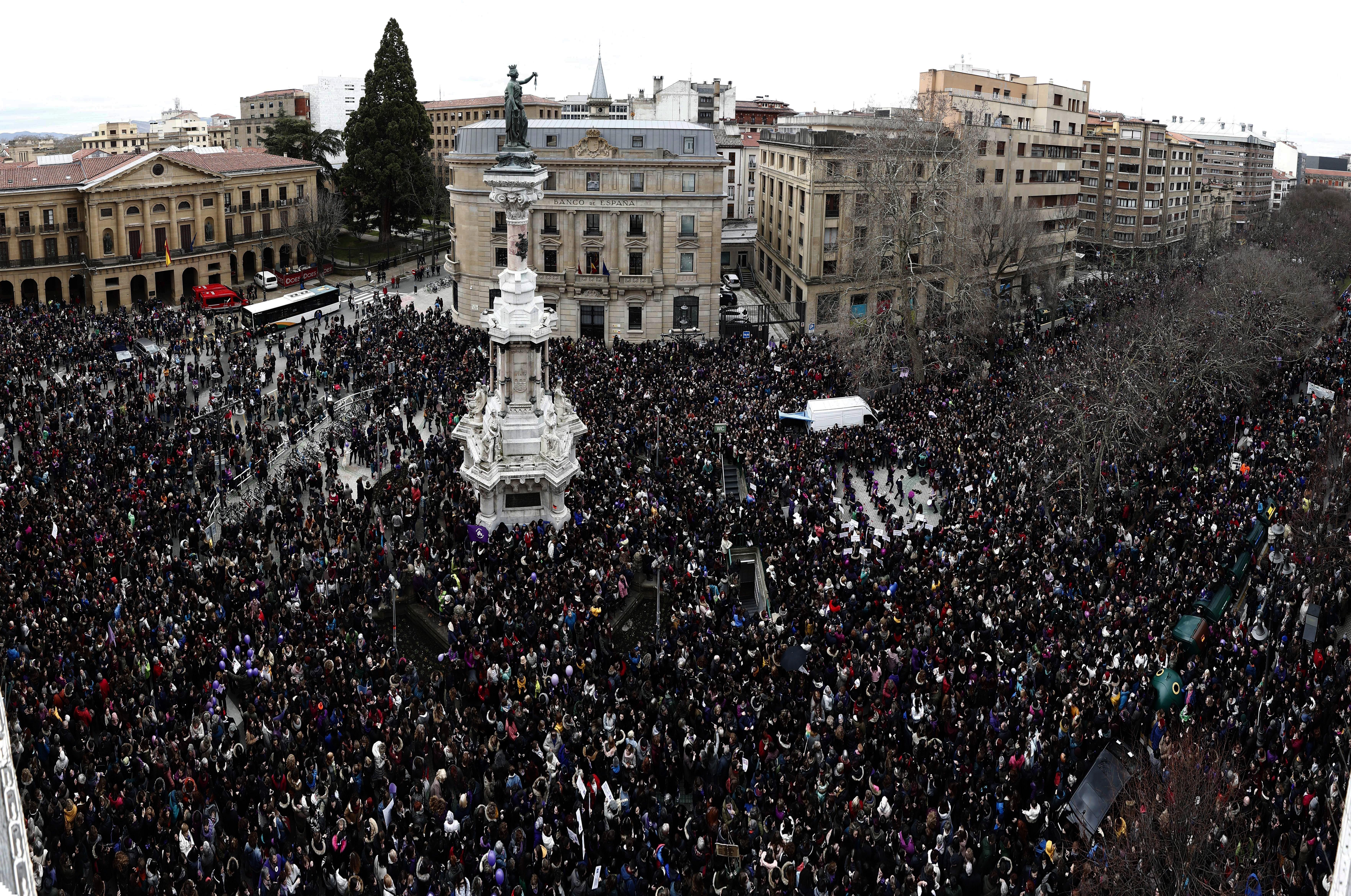 Milers de persones tenyeixen de negre el centre de Pamplona, Navarra. /JDIGES