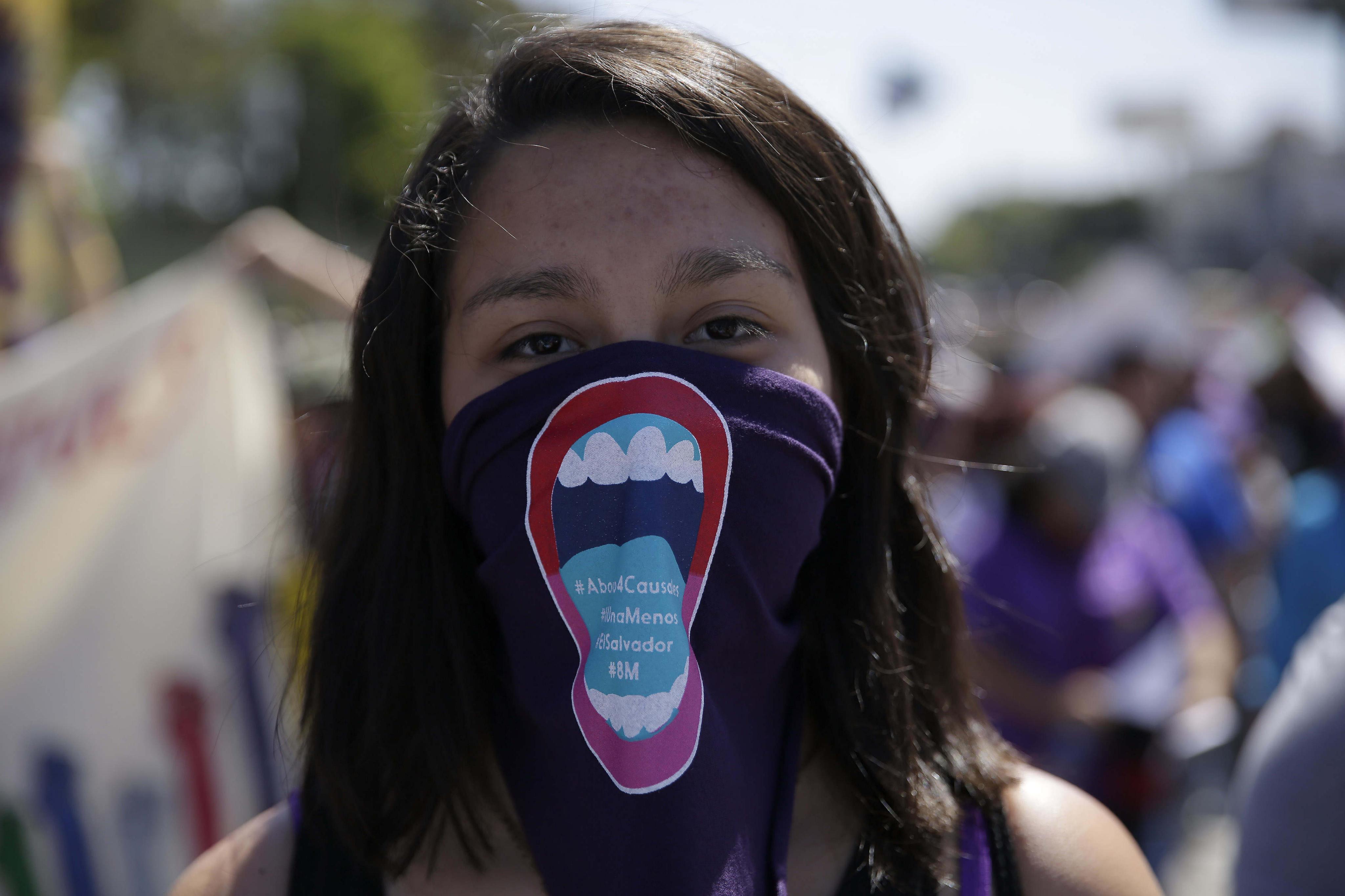 Centenars de salvadorenques exigeixen alt a la violència i despenalització de l'avortament el Dia de la Dona. /RODRIGO SURA