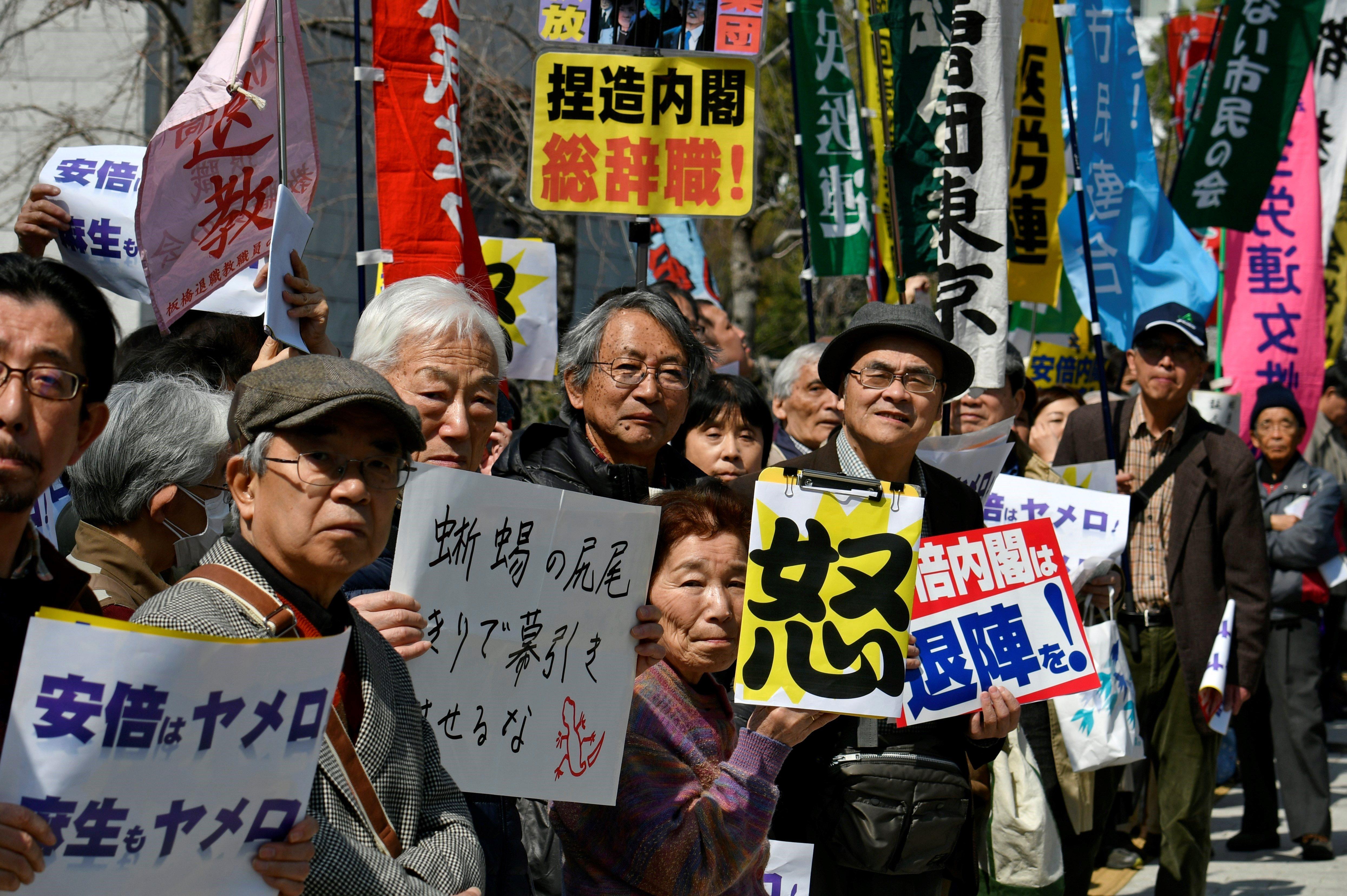 Manifestants protesten per exigir la missió del primer ministre nipó, Shinzo Abe, per un escàndol d'abusos sexuals, a Tòquio, al Japó. /FRANCK ROBICHON