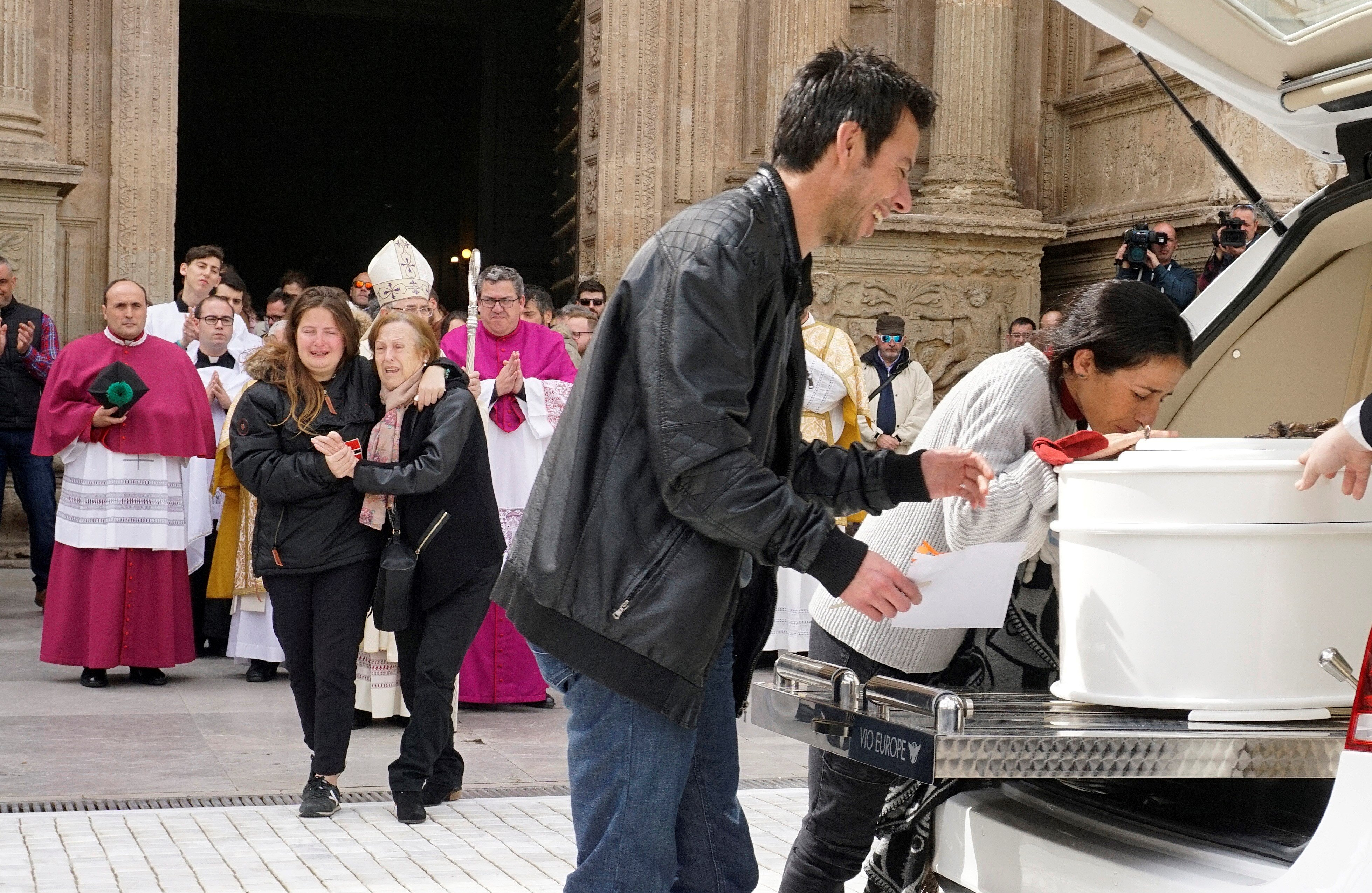 Els pares de Gabriel besen el seu fèretre a la sortida de la Catedral d'Almeria. /CARLOS BARBA