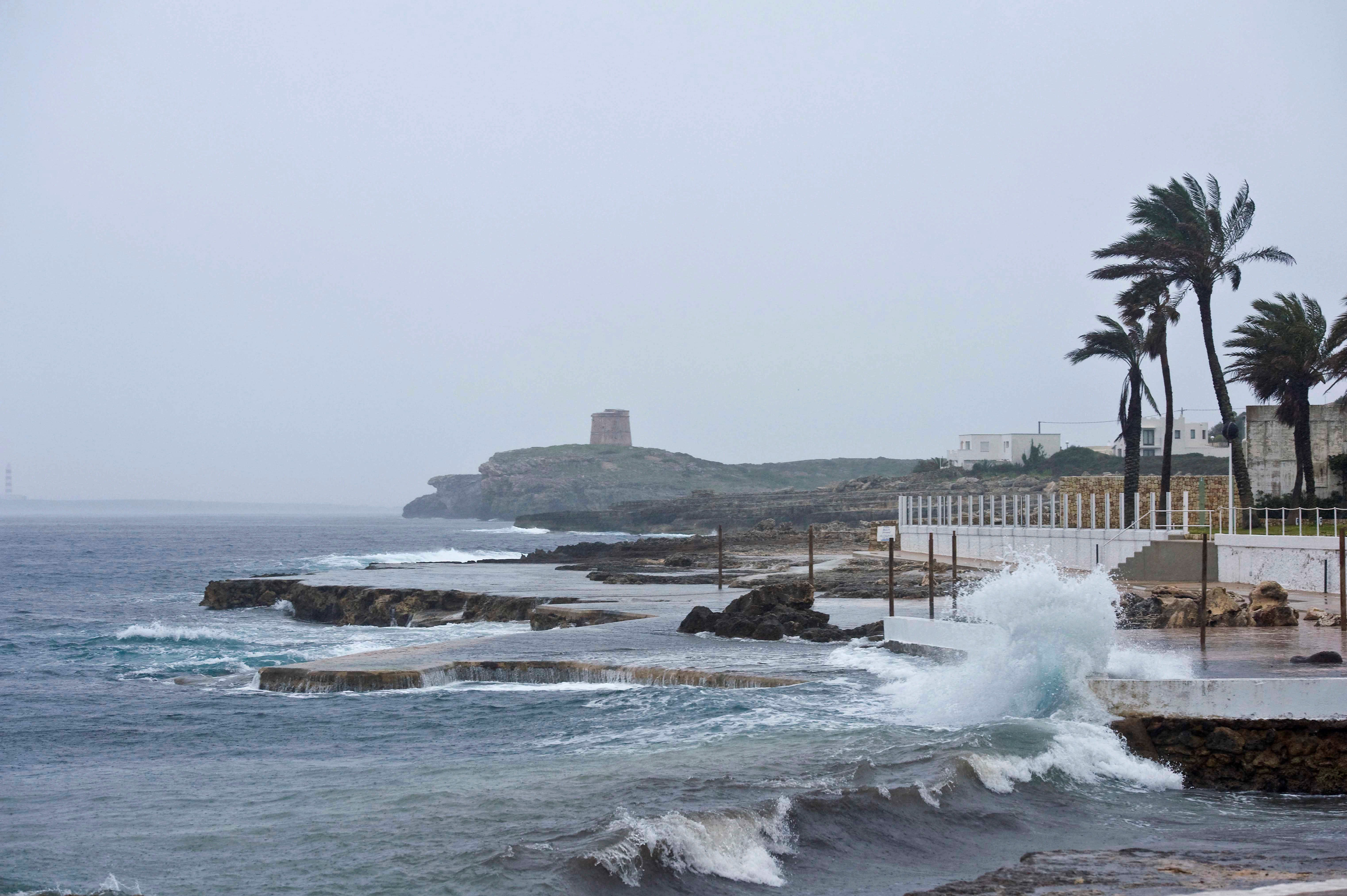 El port de Ciutadella, tancat per forts vents i mala mar. /DAVID ARQUIMBAU