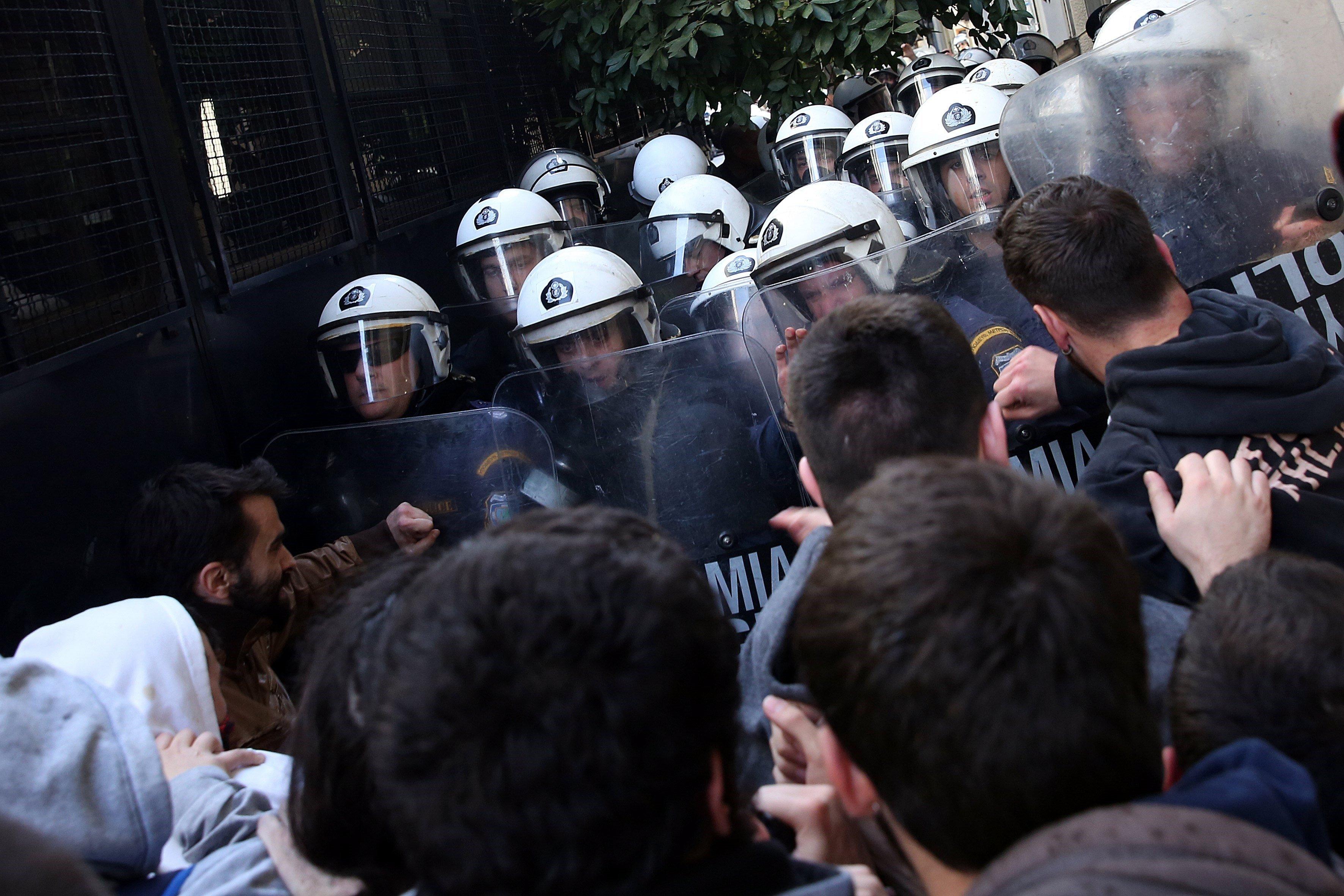 Manifestants s'enfronten als agents antidisturbis durant una protesta contra les subhastes electròniques d'habitatges, a Atenes, Grècia. /ORESTIS PANAGIOTOU