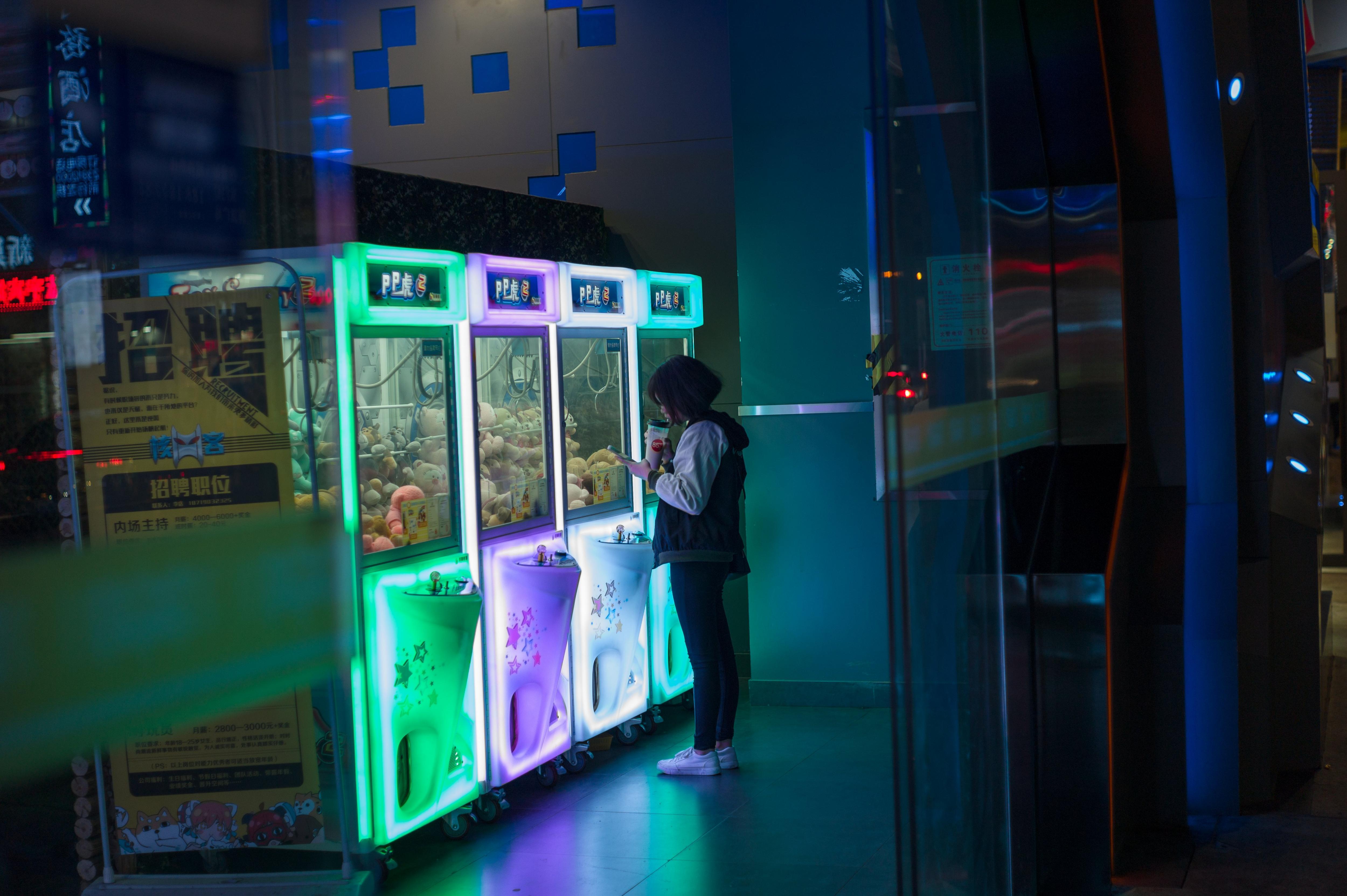 Una dona mira un joc Arcade a Shenzhen, província de Guangdong (Xina). /STR