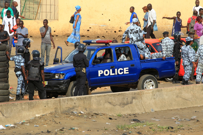Policies antidisturbis es preparen per dispersar una protesta de l'oposició per reclamar la reforma de la Comissió Electoral Independent abans de les eleccions locals, a Abidjan (Costa de Marfil). /LEGNAN KOULA