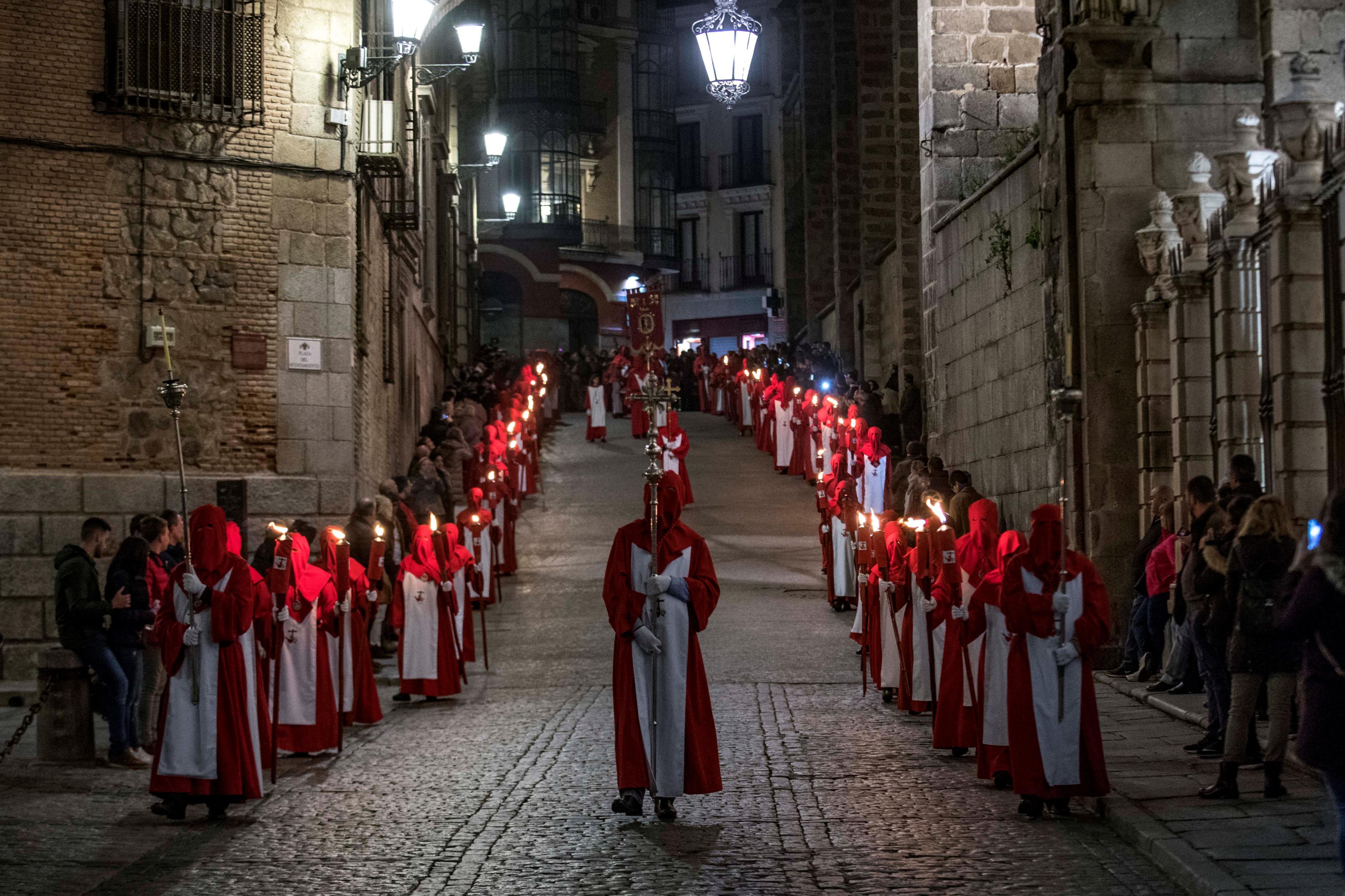 Confrares participen en la processó de Dimarts Sant del Santíssim Crist dels Àngels pels carrers del barri antic de Toledo. /ISMAEL HERRERO