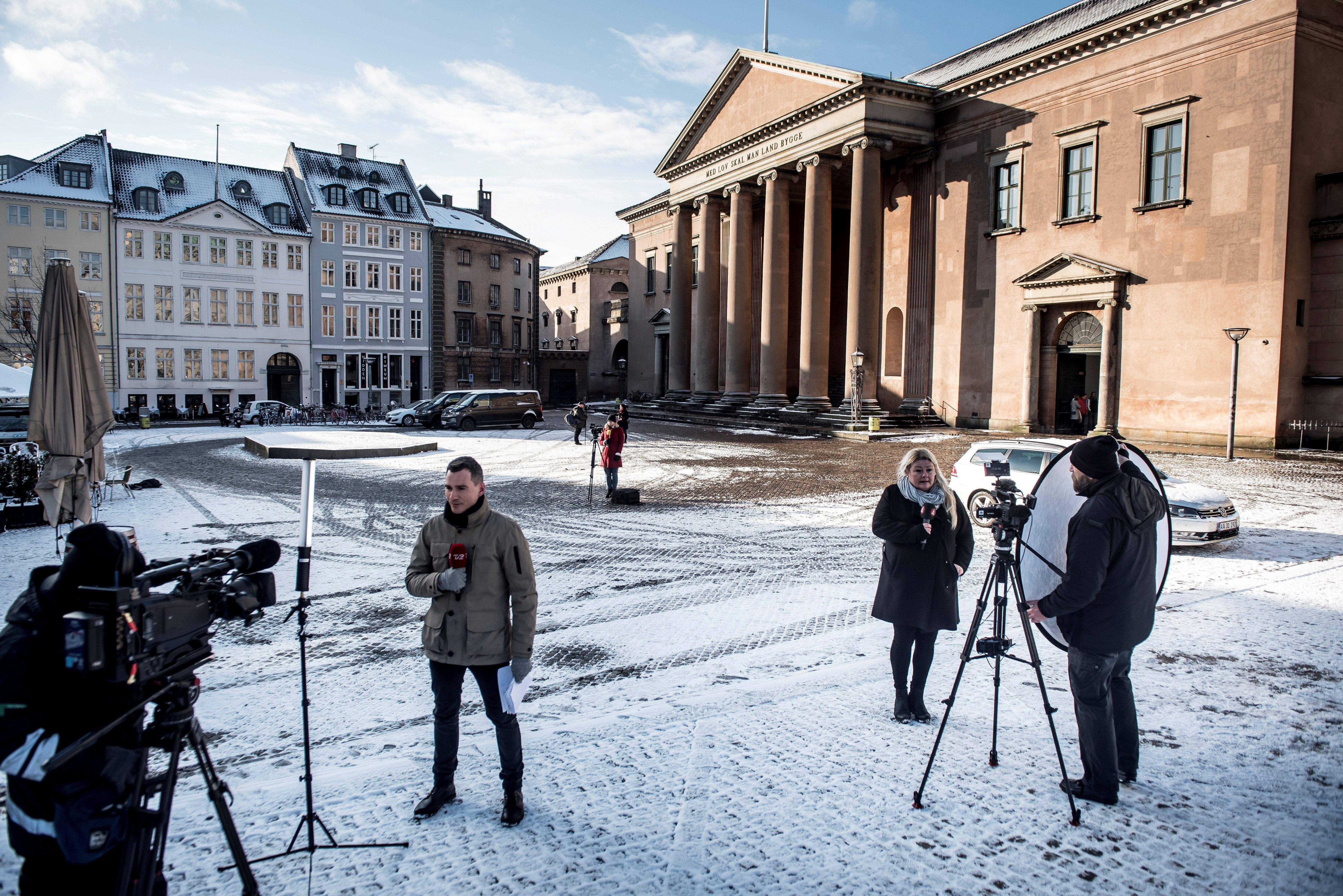 Periodistes davant el tribunal de Copenhaguen pendents la sentència contra l'inventor danès acusat de matar una periodista sueca. /MADS CLAUS
