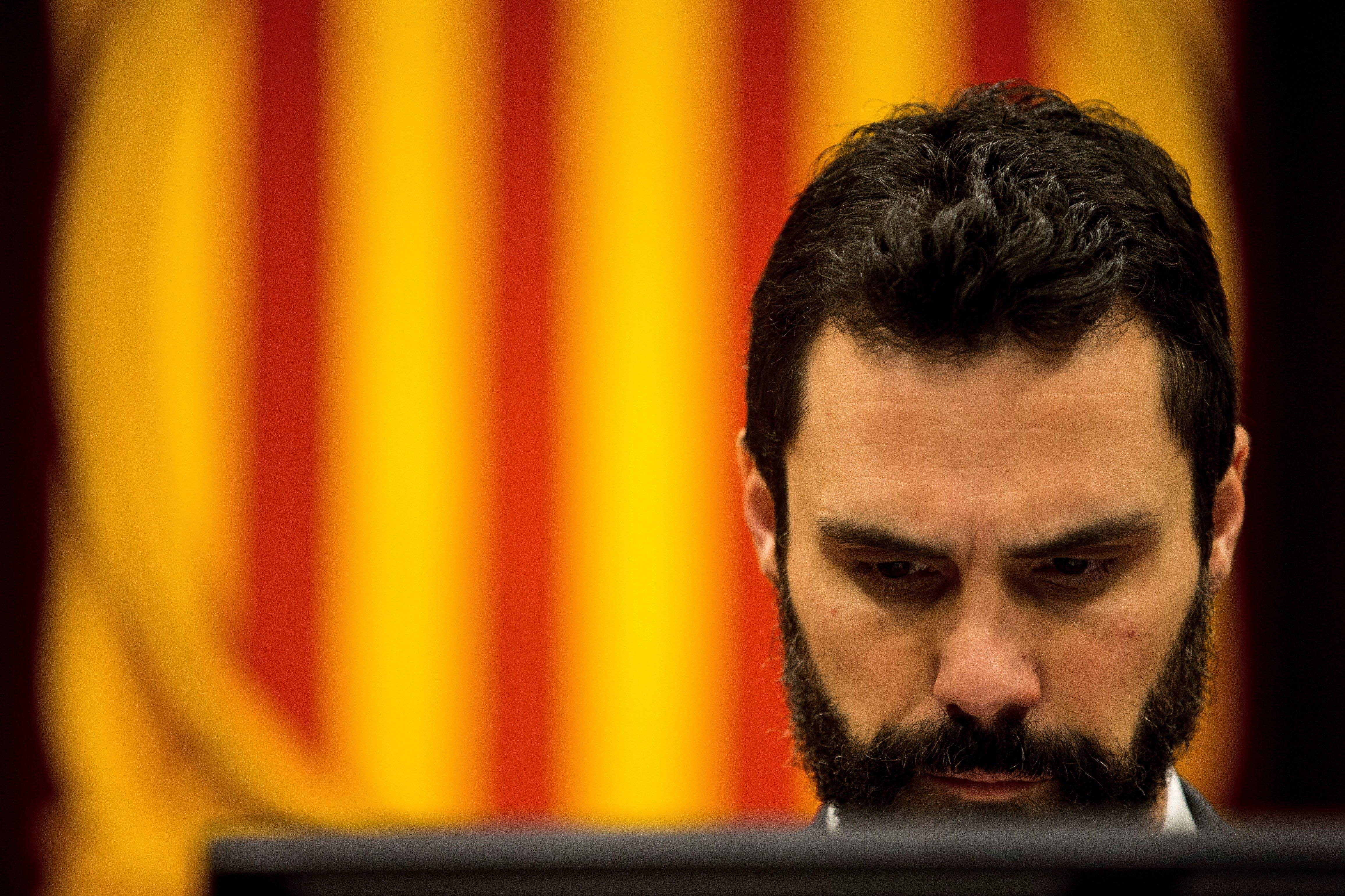 El president del Parlament català, Roger Torrent, durant el ple celebrat avui, en el qual es debaten diverses propostes de resolució. /Quique Garcia