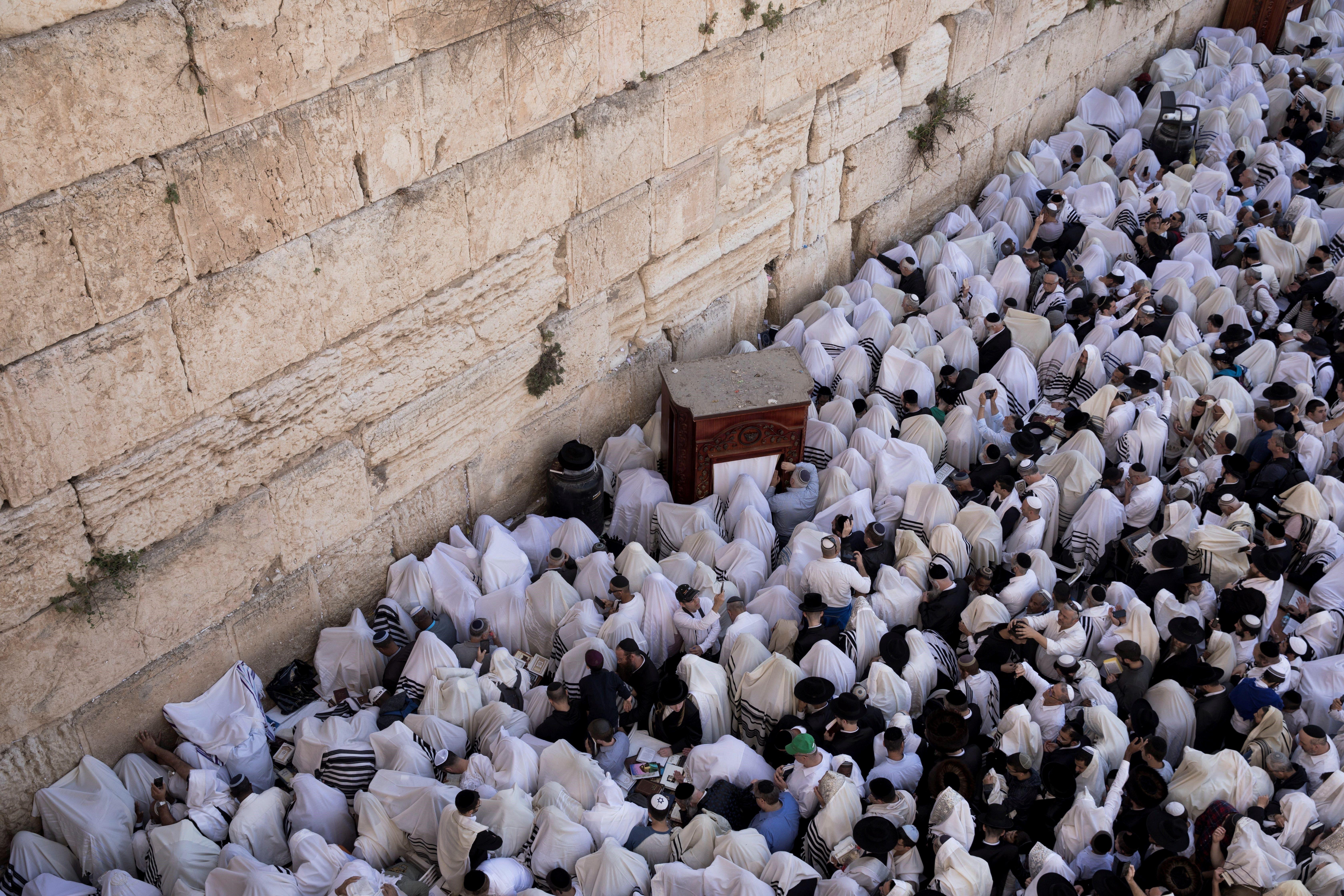 Oracions davant el Mur de les Lamentacions per la Pasqua jueva. /ABIR SULTAN