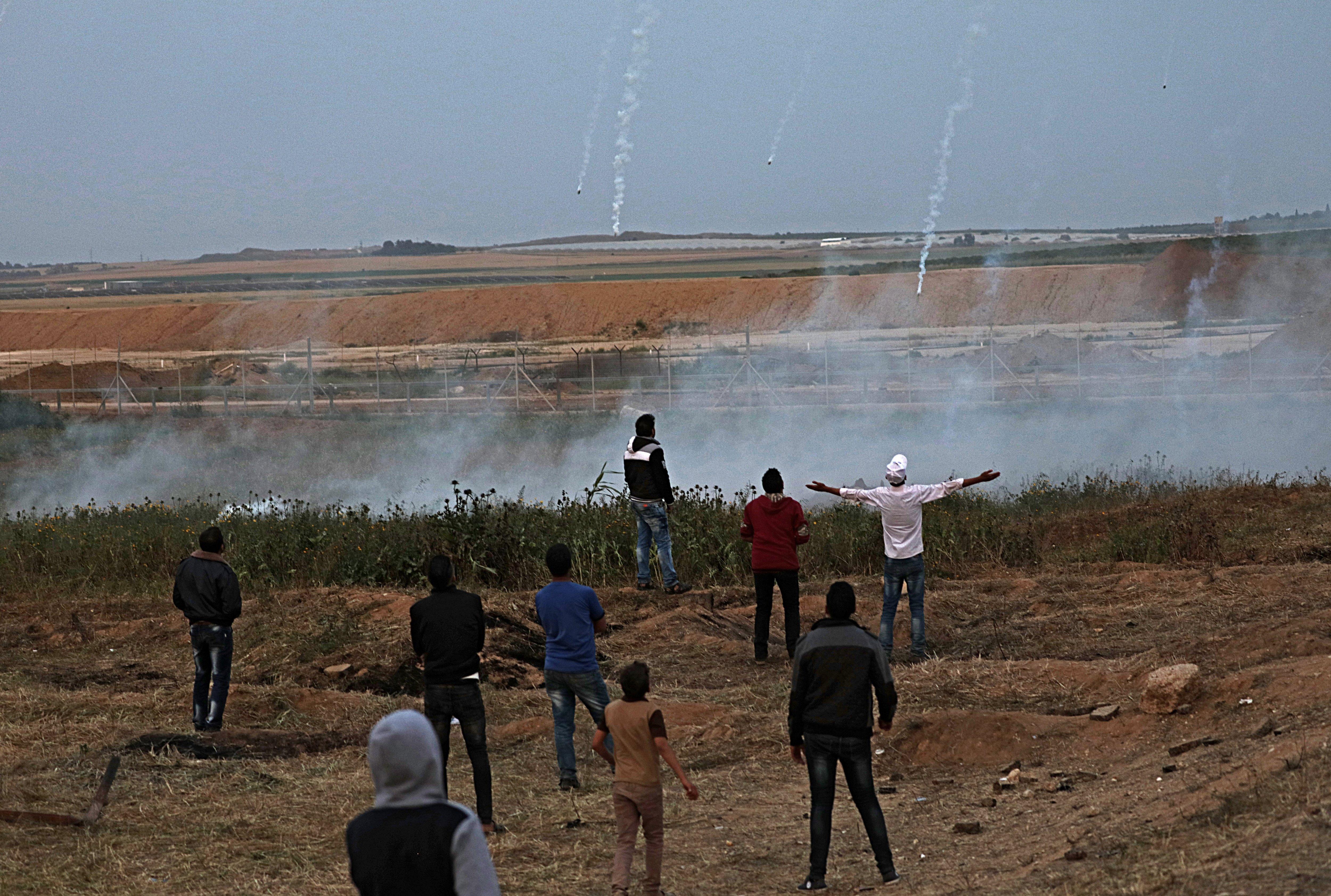 Manifestants palestins s'enfronten a les tropes israelianes a la frontera de la Franja de Gaza. /MOHAMMED SABER