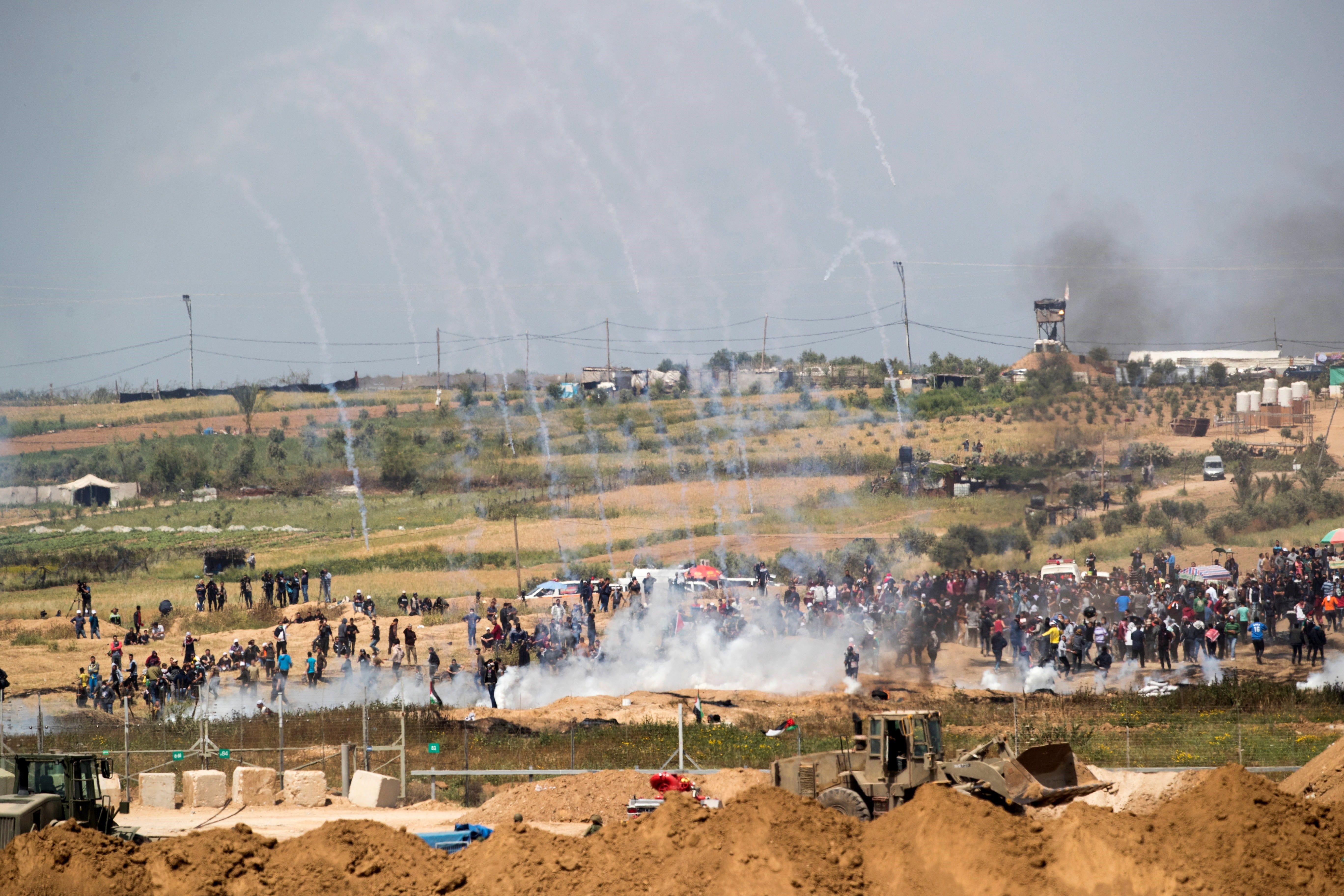Joves palestins cremen rodes a la frontera entre Gaza i Israel. /ATEF SAFADI