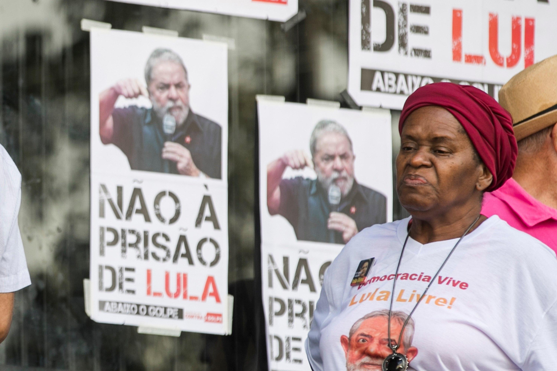 Partidaris de l'expresident brasiler Luiz Inácio Lula da Silva fan vigília enfront de la seu del sindicat dels metal·lúrgics. /MARCELO CHELLO