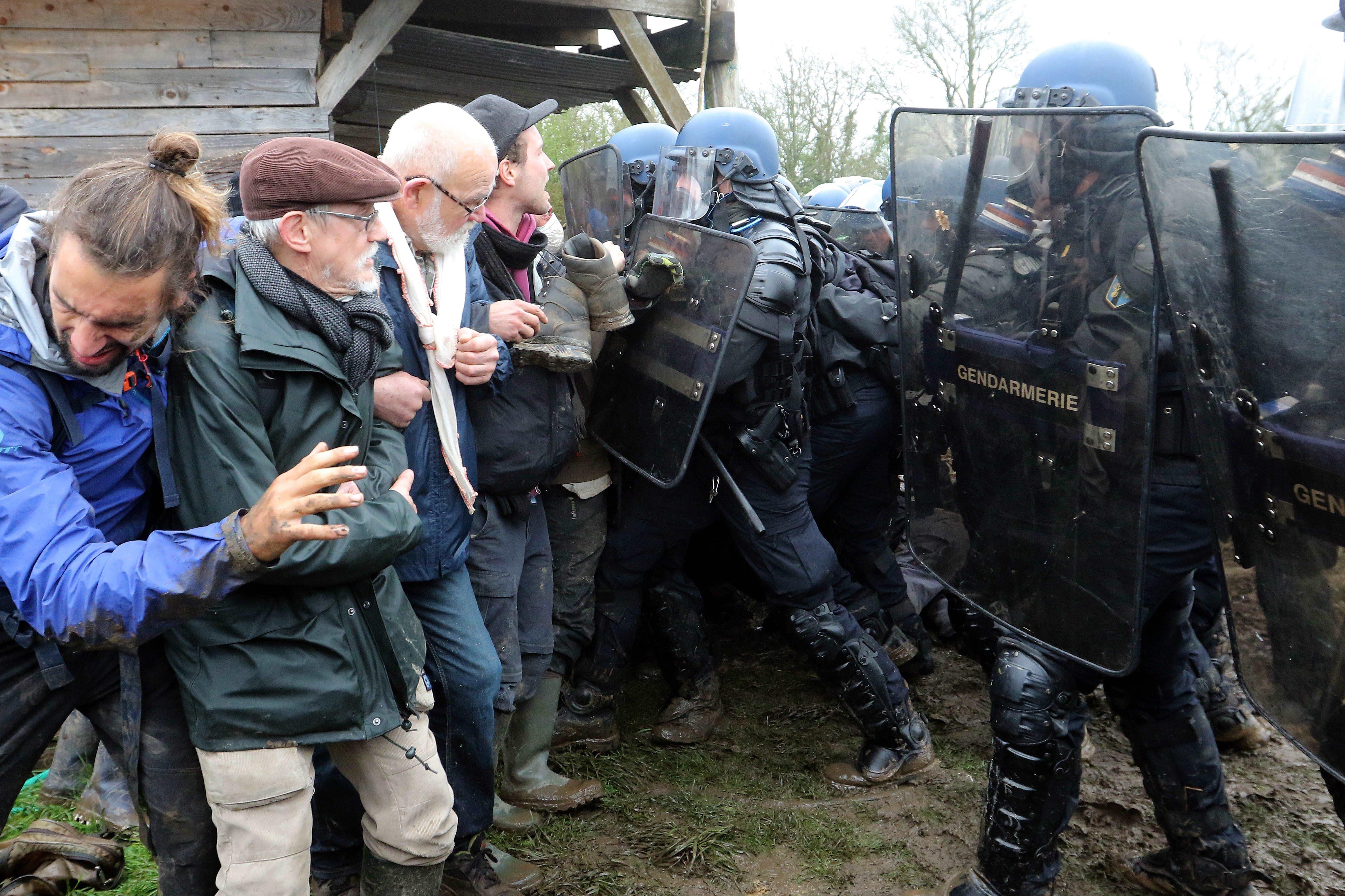 La policia francesa desallotja els habitants d'una comuna a Notre Dame des Landes, que s'havia alçat arran d'un projecte, ja descartat, per construir un aeroport en aquesta zona d'alt valor ecològic. /EDDY LEMAISTRE