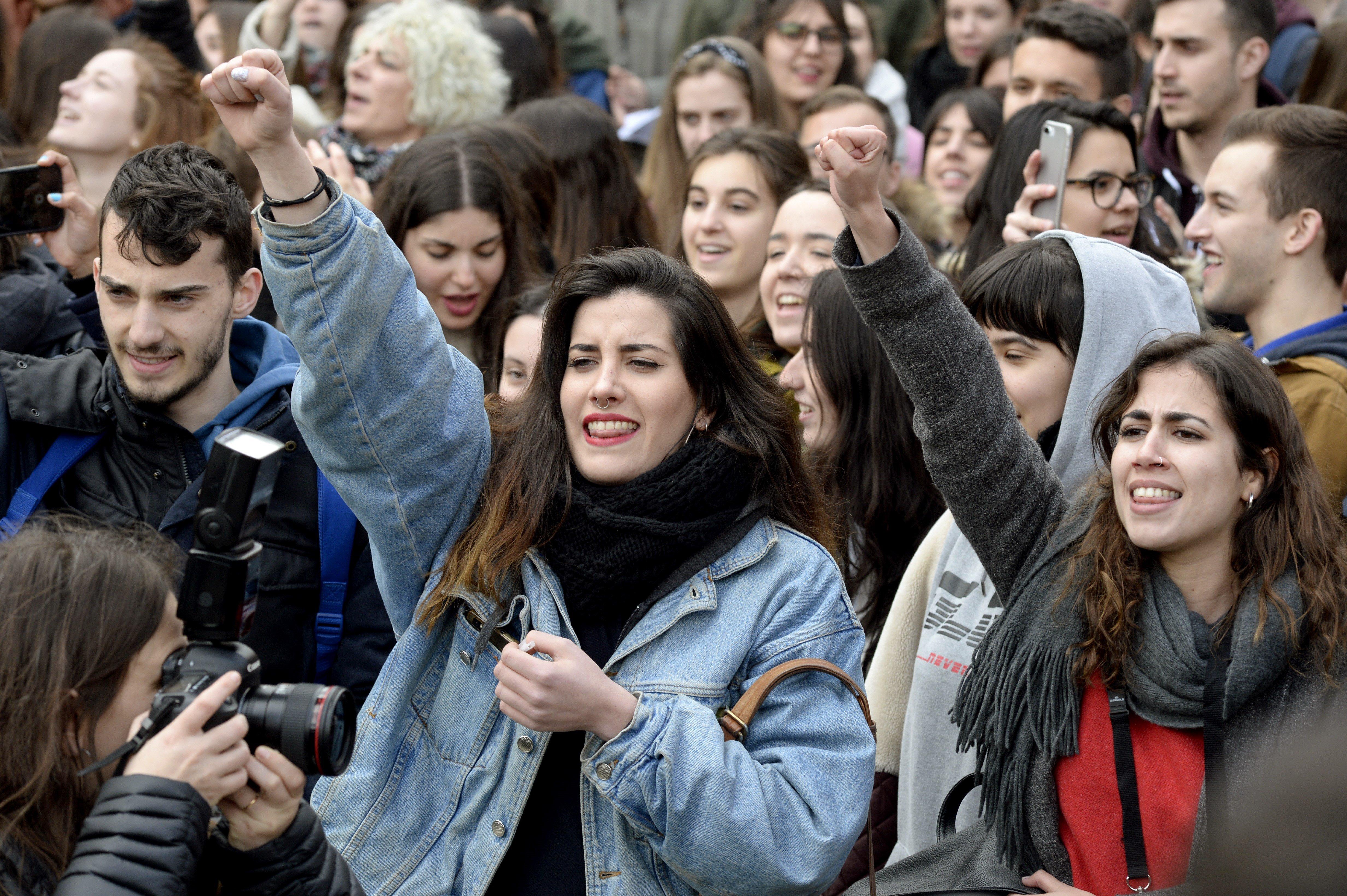 Un grup d'estudiants de la Universitat Rei Juan Carlos (URJC), convocats per les Assemblees d'Estudiants, protesten després de les suposades irregularitats del màster que Cristina Cifuentes va cursar en aquesta universitat. /VÍCTOR LERENA