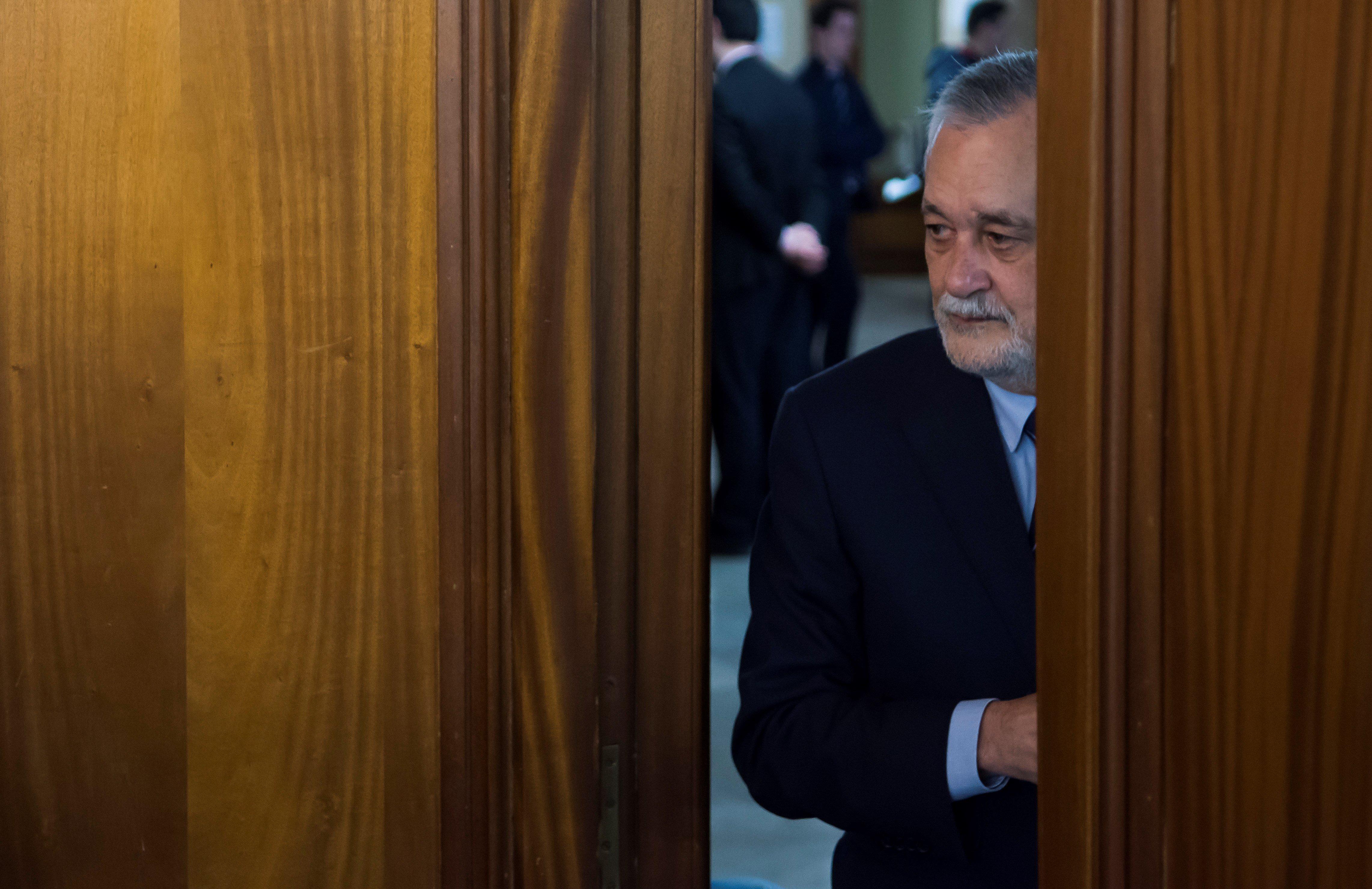 L'expresident andalús, José Antonio Griñán, entra a la sala de l'Audiència de Sevilla, on té lloc el judici pel cas dels ERO, per començar la seva declaració. /RAÚL CARO